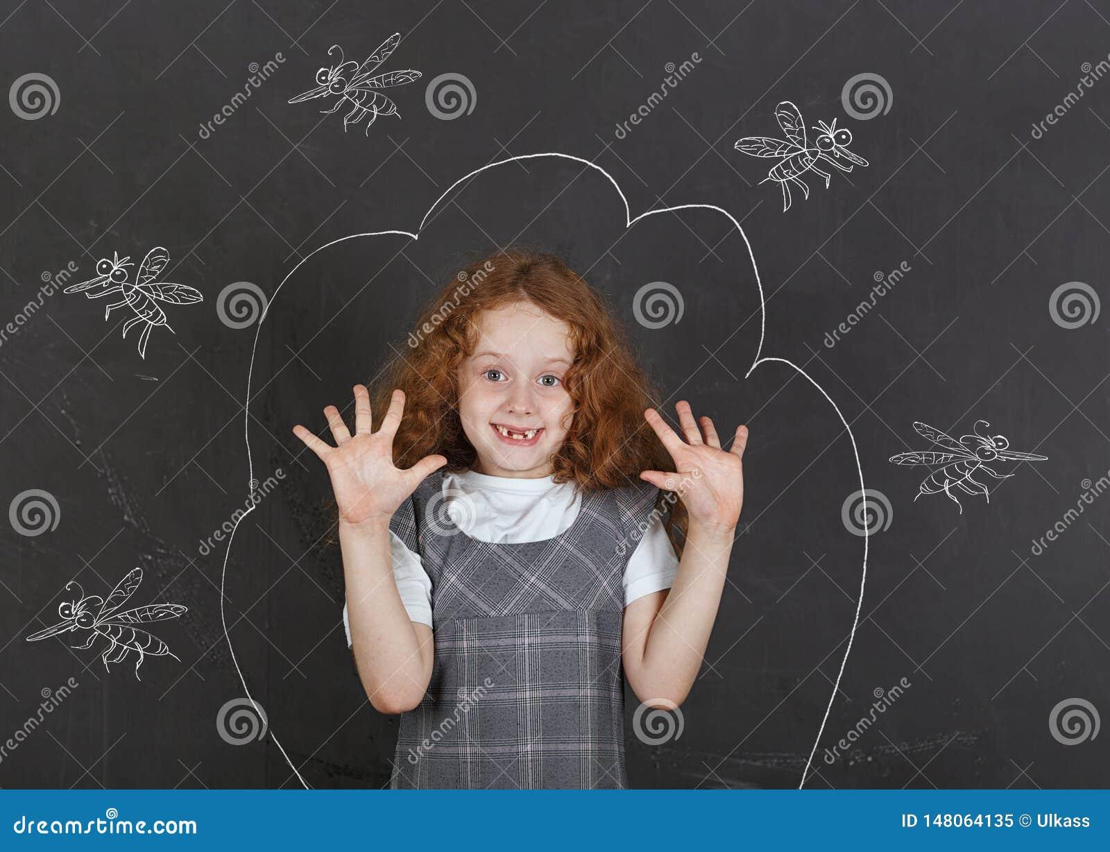 Ledsen liten flicka som ?r r?dd av tuggamyggor