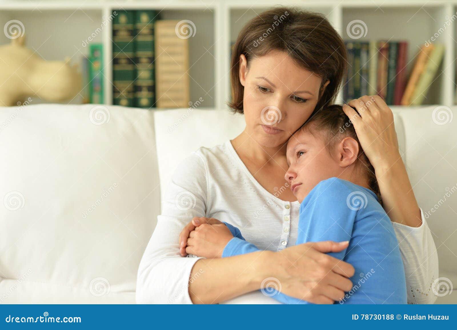 Ledsen mamma och dotter