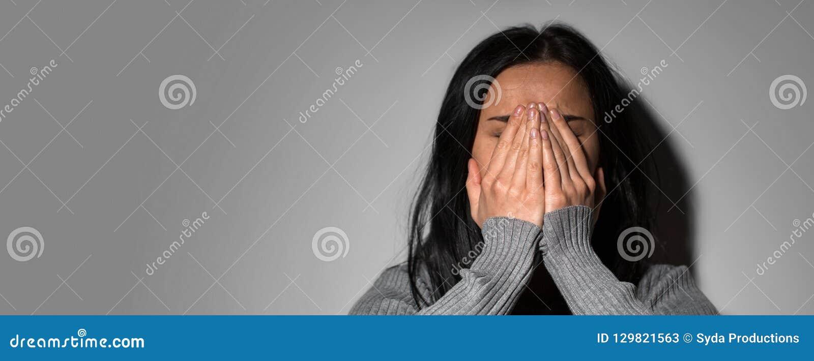 Ledsen skriande kvinna i förtvivlan