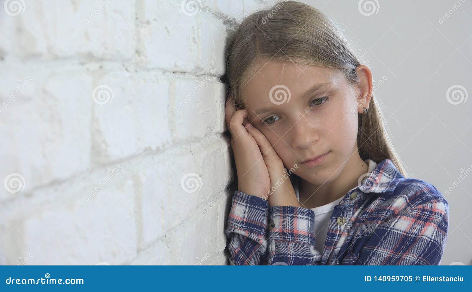 Ledset barn, olycklig unge, sjuk dåligt flicka i fördjupning, stressad fundersam person