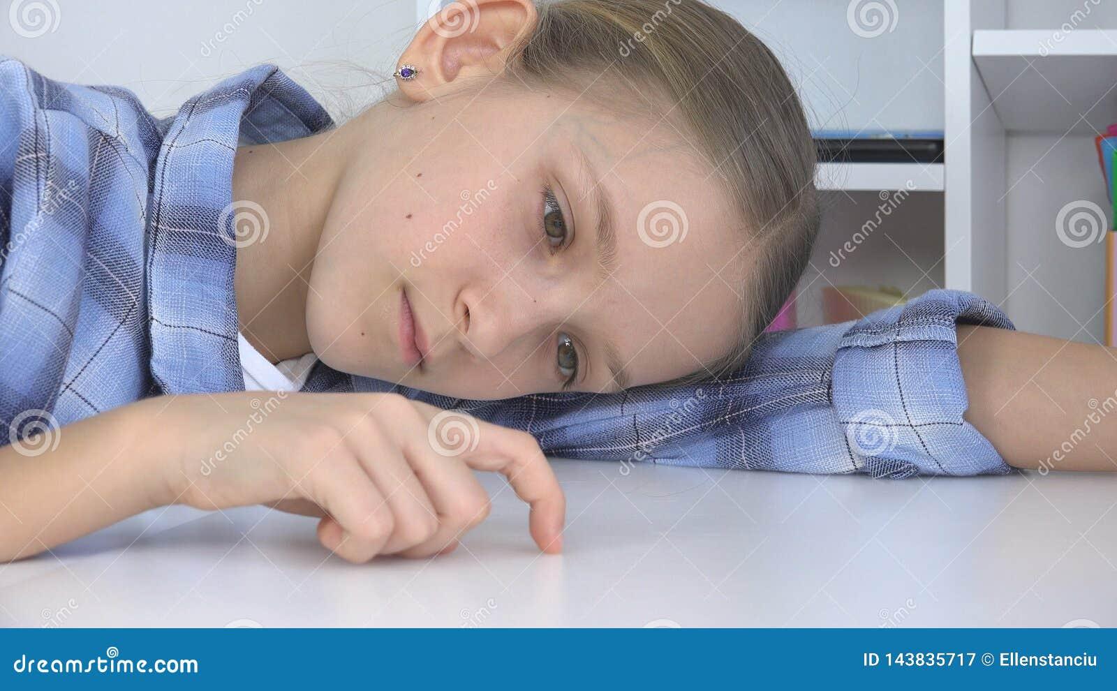 Ledset barn, uttr?kad flicka som spelar fingrar p? skrivbordet, stressad olycklig unge som inte studerar