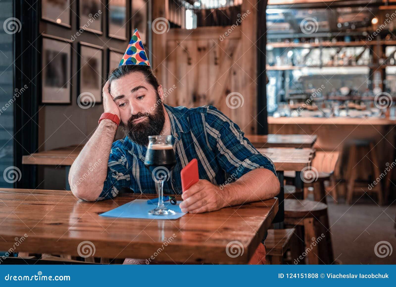 Ledset deprimerat mansammanträde i trevlig bar på hans födelsedag bara