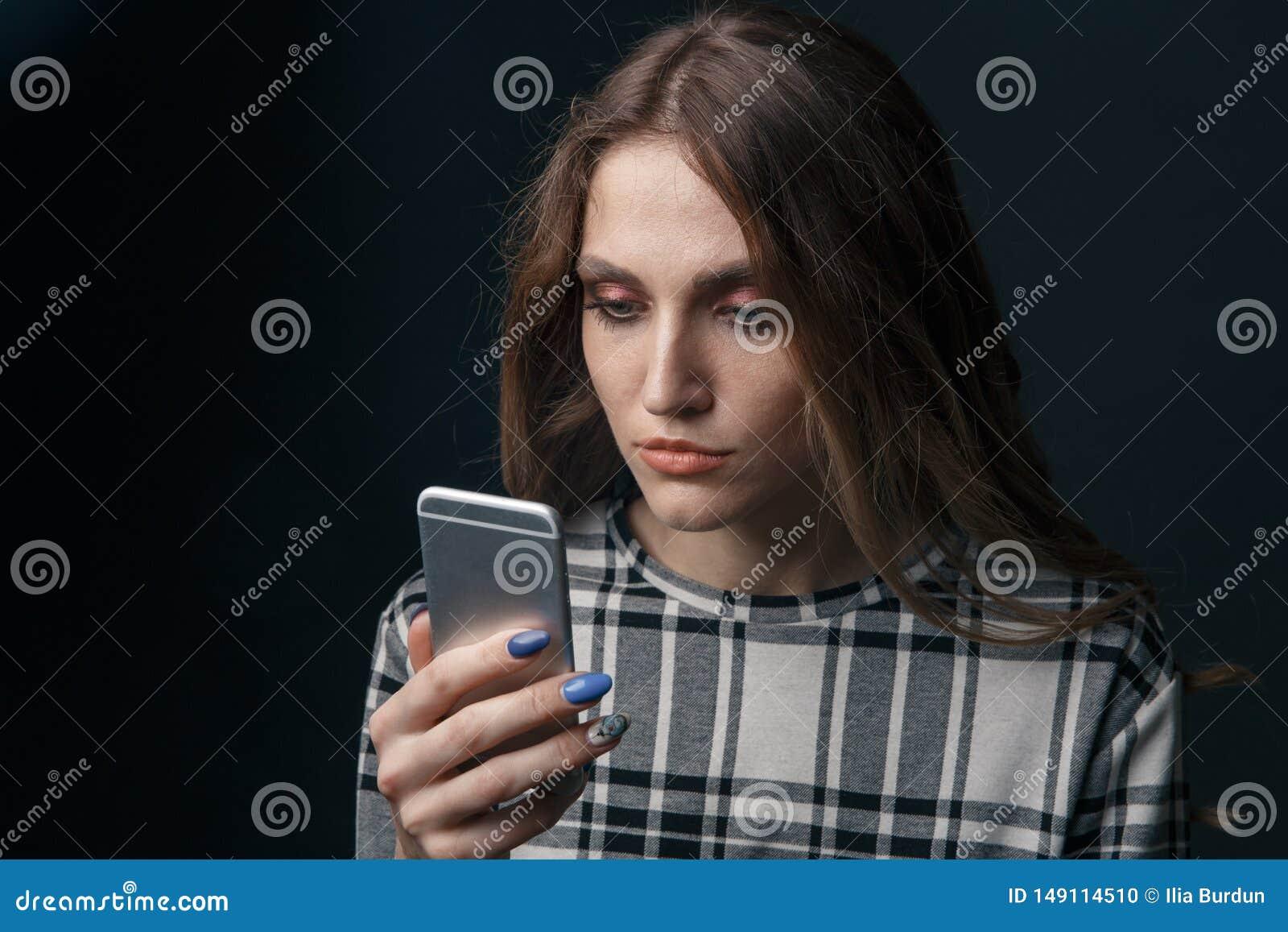 Ledset ton?rigt vara offer av cyberen som trakasserar online-sammantr?de p? en soffa i vardagsrummet p?