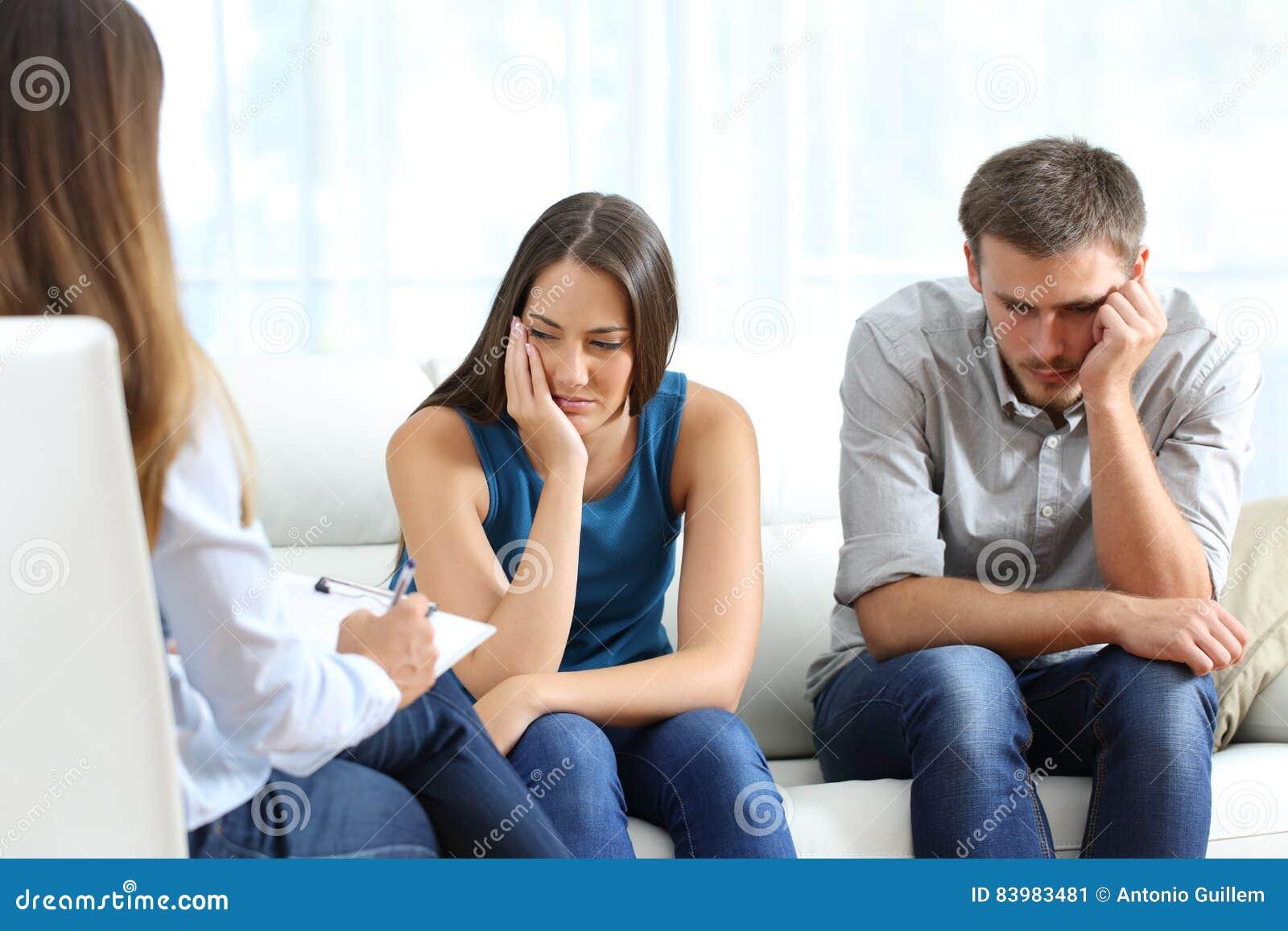 Ledsna par som lyssnar till en förbindelselägerledare