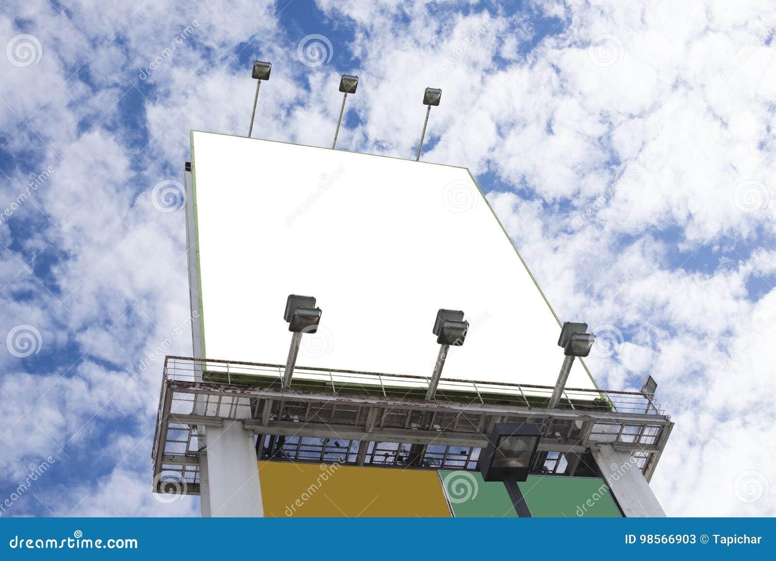 Leeg aanplakbord over blauwe hemel