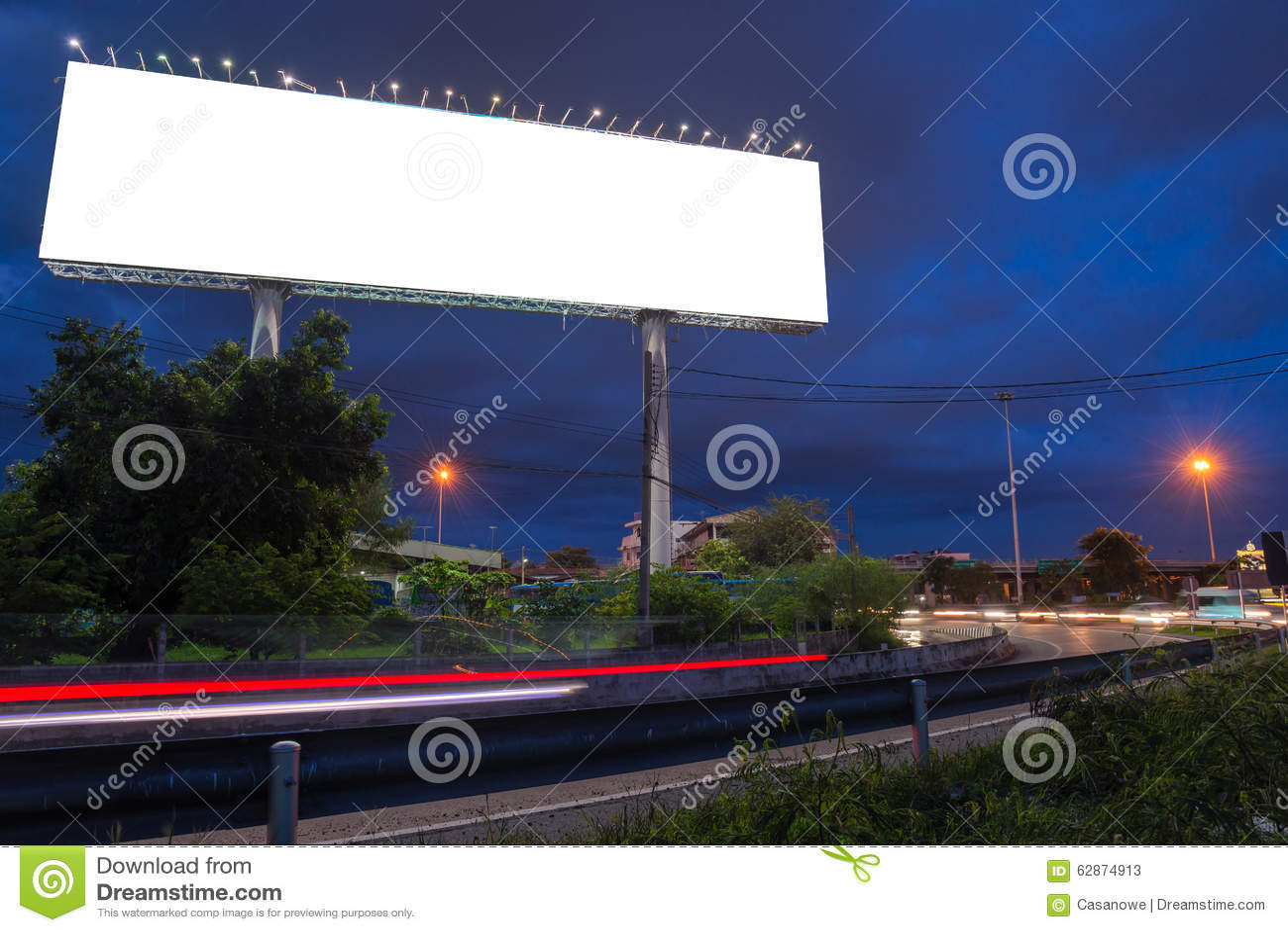 Leeg aanplakbord in schemeringtijd klaar voor nieuwe reclame