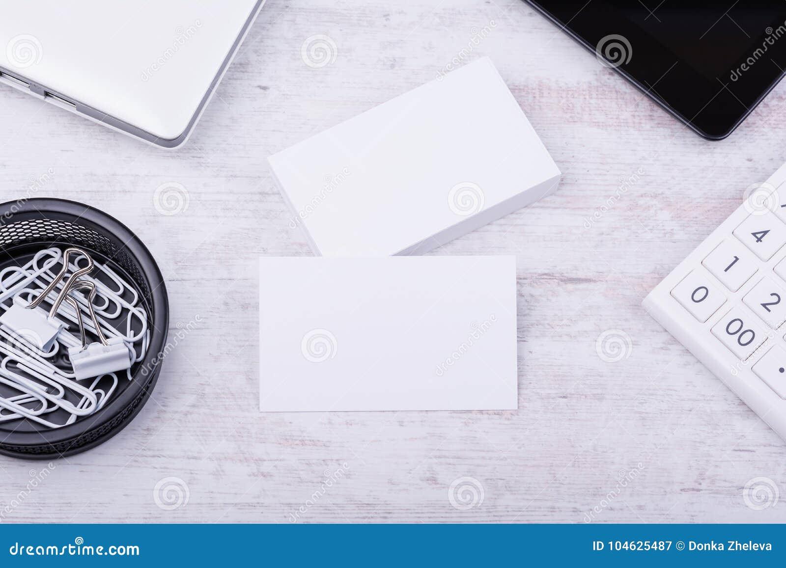 Download Leeg Adreskaartjesmodel Op Witte Houten Achtergrond Stock Afbeelding - Afbeelding bestaande uit vlak, briefhoofd: 104625487