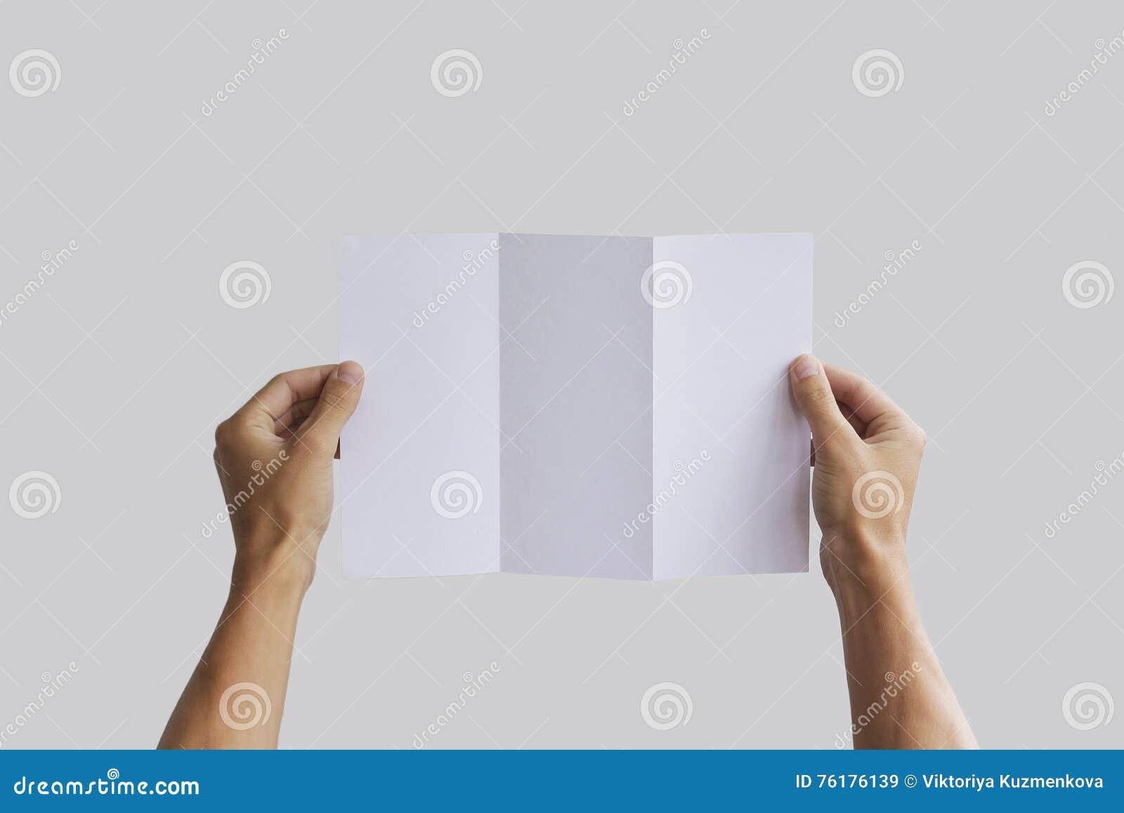 Leeg de brochureboekje van de handholding in de hand Pamfletpresentatie De mens van de pamflethand De mens toont compensatiedocum
