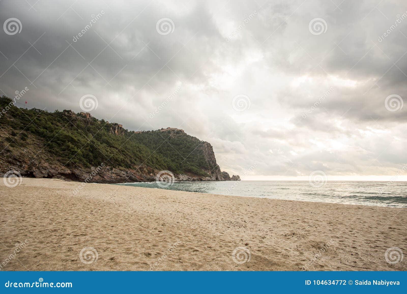 Download Leeg De Winterstrand Zeegezicht Met Castle Rock Van Het Strand Van Cleopatra Stock Foto - Afbeelding bestaande uit zand, oceaan: 104634772
