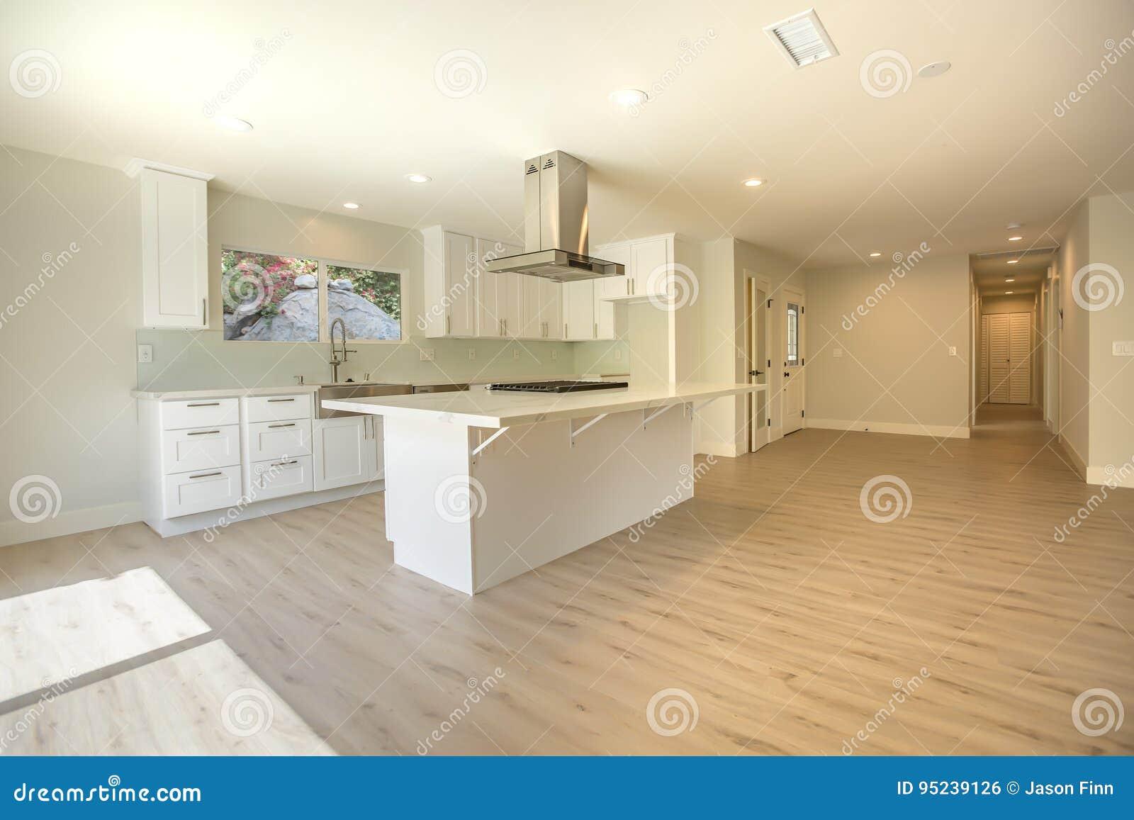 Moderne Houten Vloeren : Leeg huis met houten vloeren en ruime moderne keuken stock foto