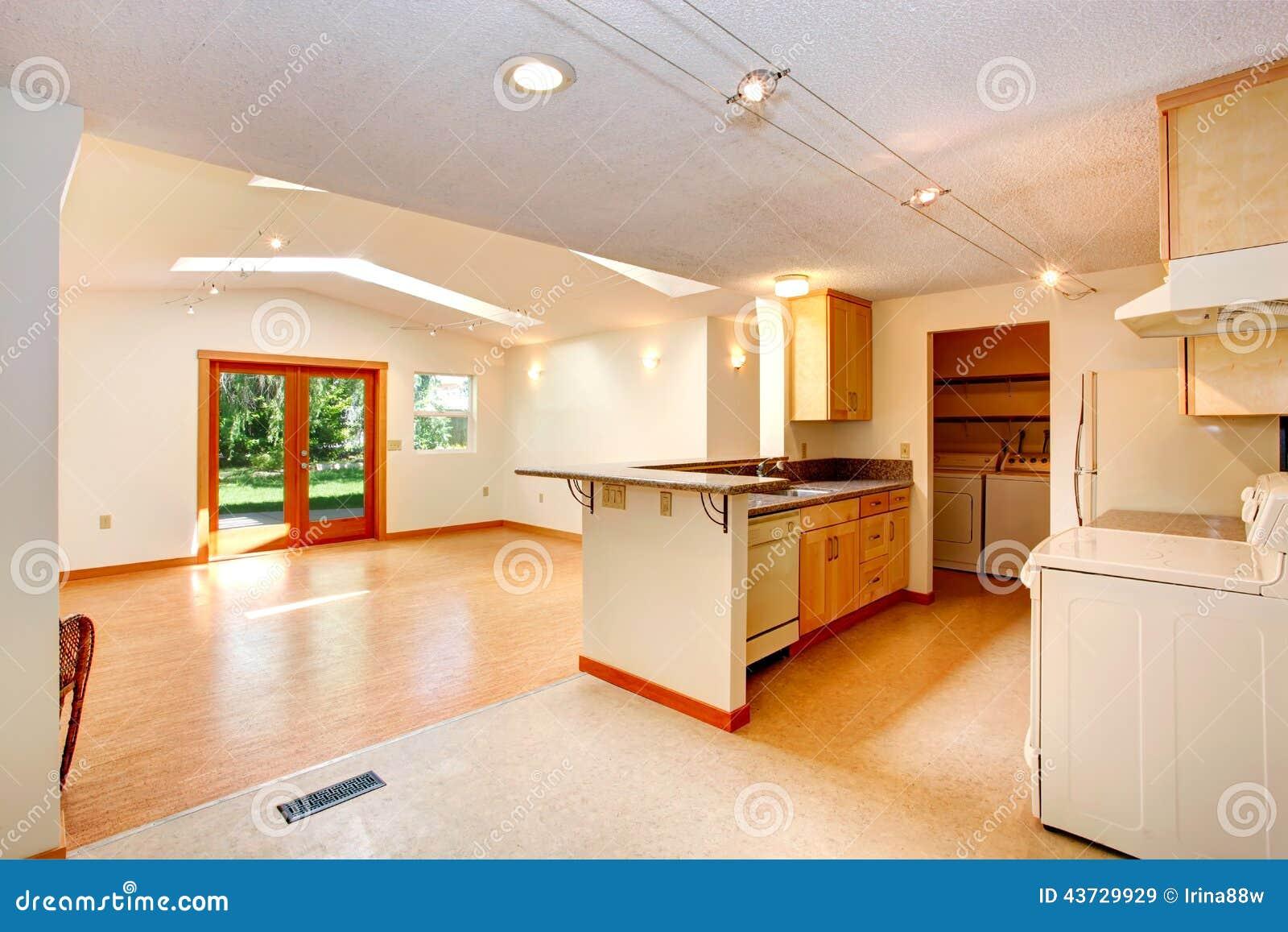 Leeg huisbinnenland met open vloerplan woonkamer en kitch stock