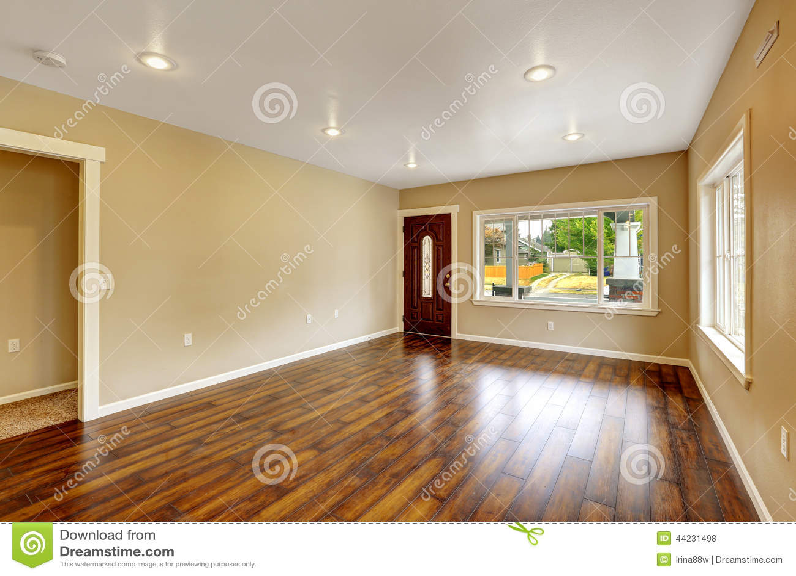 Leeg huisbinnenland ruime woonkamer met nieuwe hardhoutflo stock