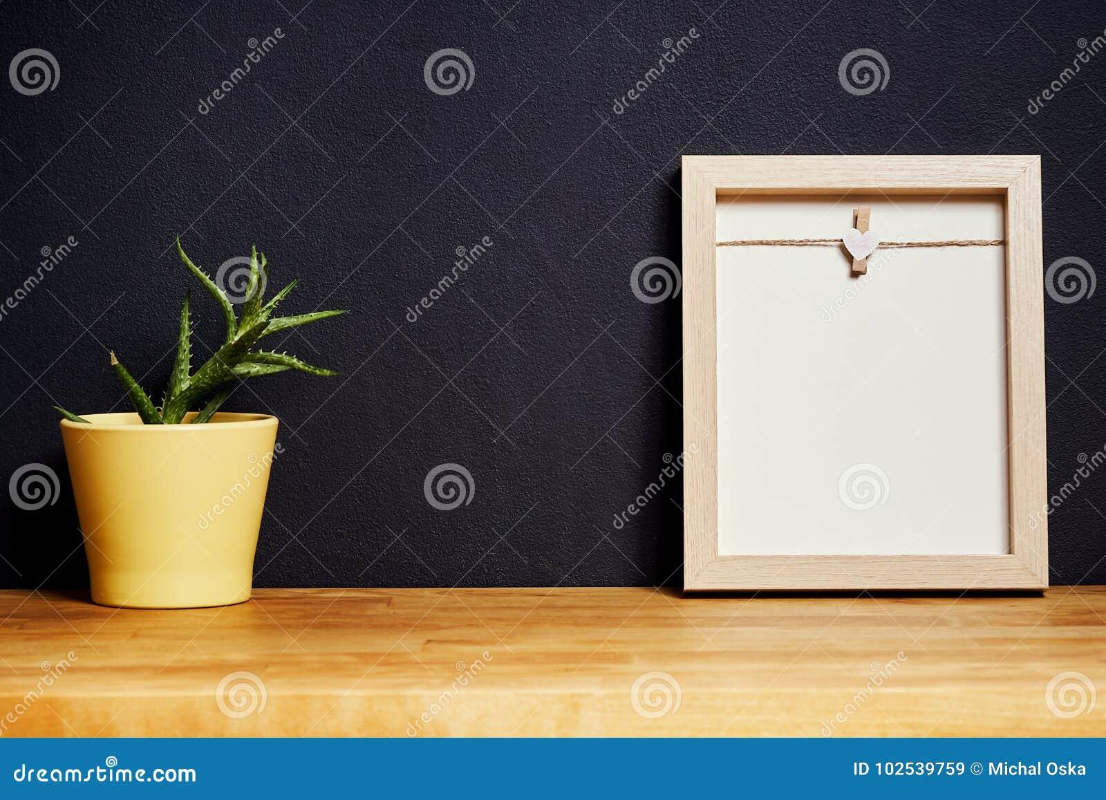 Mooie Houten Plank Voor Aan De Muur.Leeg Kader Op Een Houten Plank Op Een Zwarte Muur Stock Afbeelding