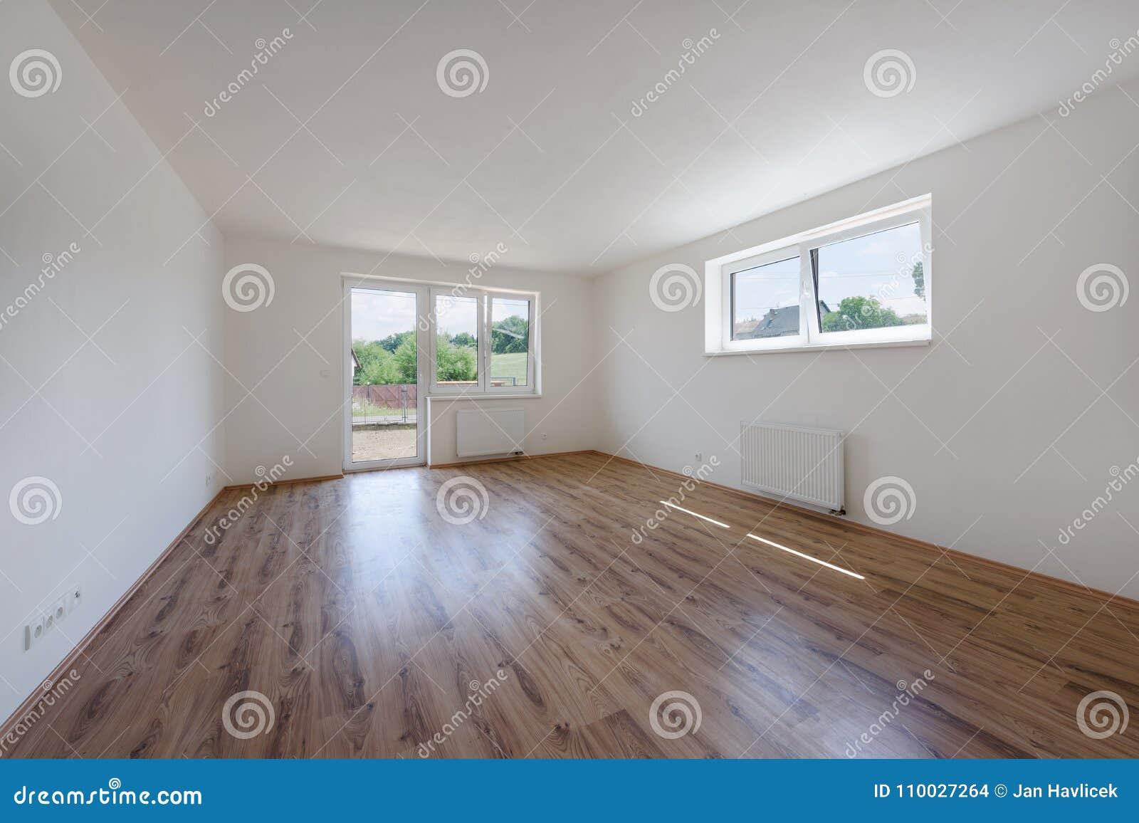 Leeg modern binnenland met witte muur