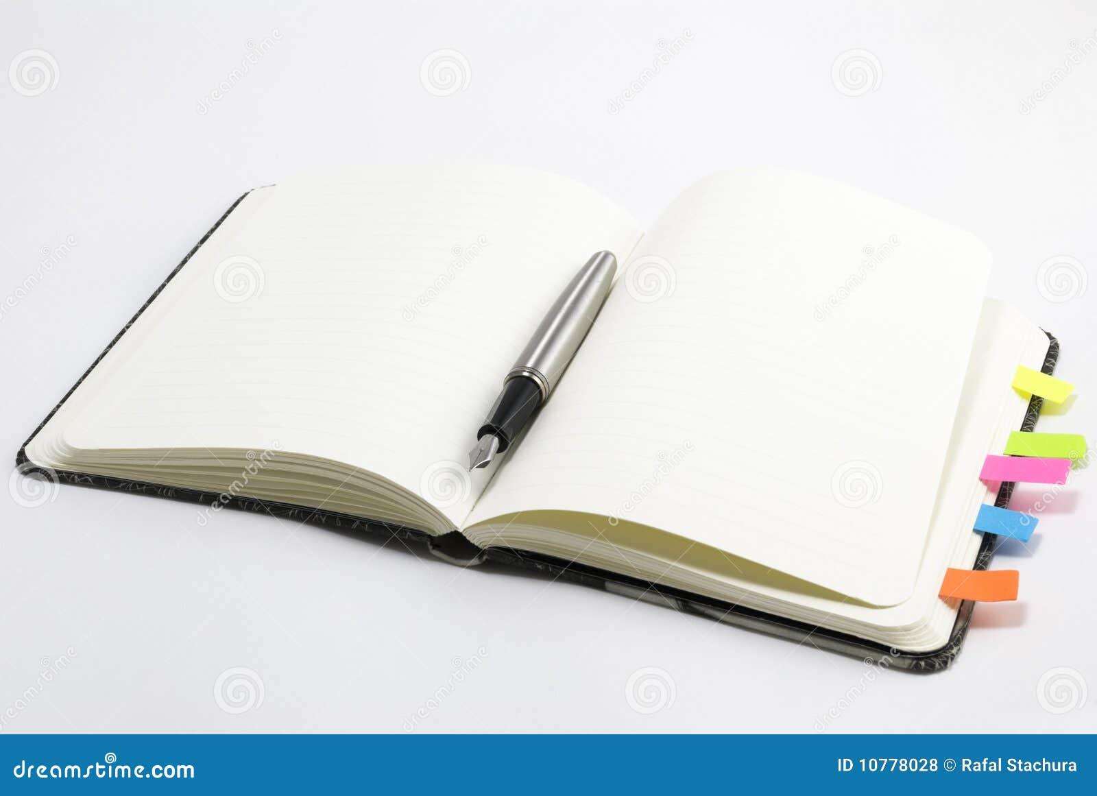 Leeg notitieboekje met zilveren pen