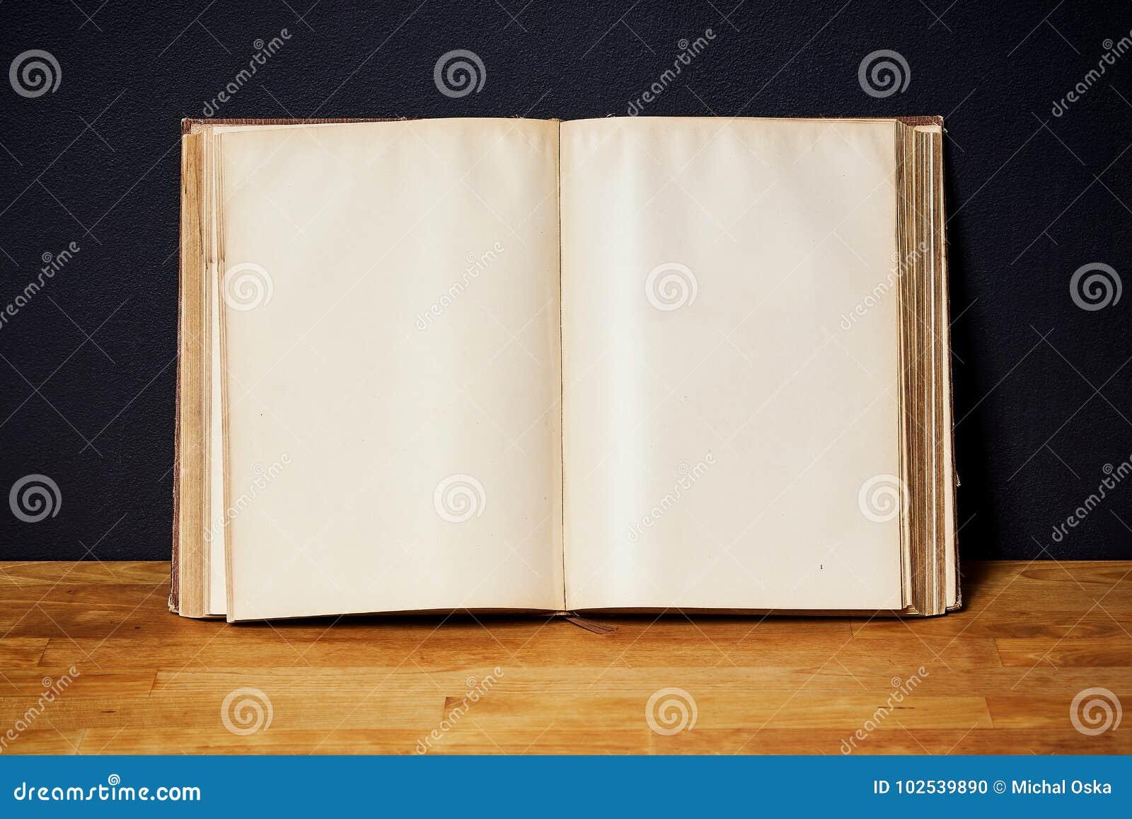 Houten Plank Voor Aan De Muur.Leeg Open Boek Op Een Heldere Houten Plank Op De Zwarte Muur Stock