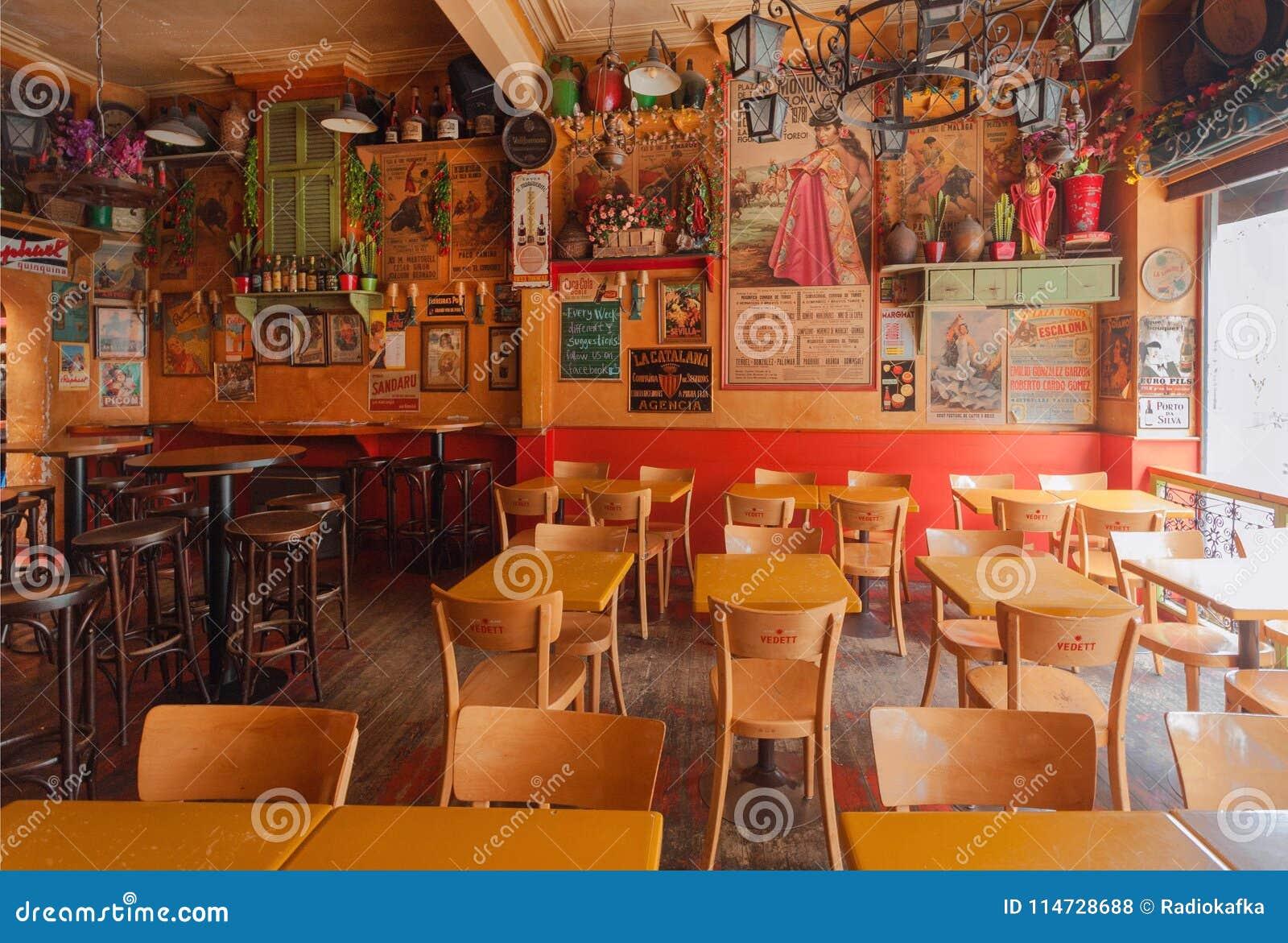 Leeg restaurant in mexicaanse stijl met lijsten en antieke