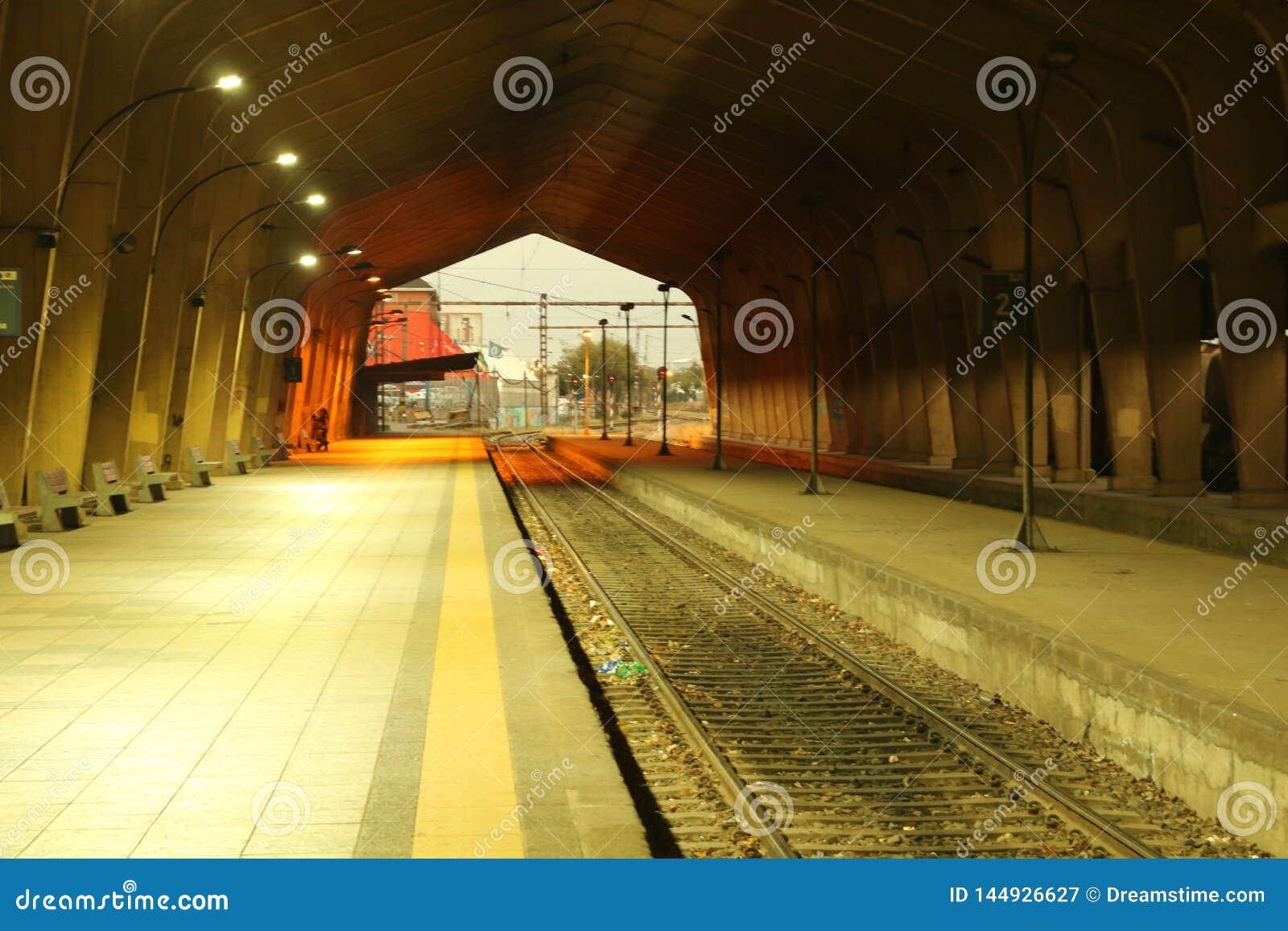 Leeg station, die op treinen wachten die nooit zullen terugkeren