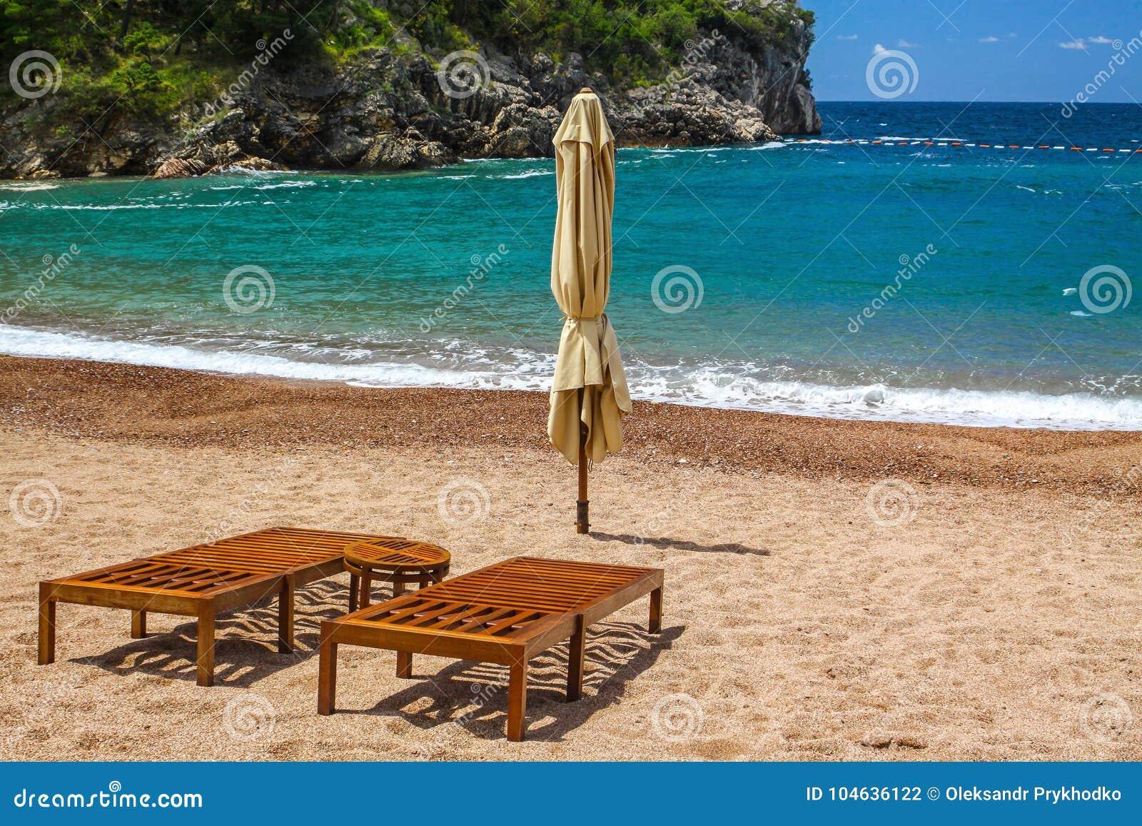 Download Leeg Strand Met Twee Stoelen, Koningin` S Strand, Montenegro Stock Foto - Afbeelding bestaande uit landschap, kust: 104636122