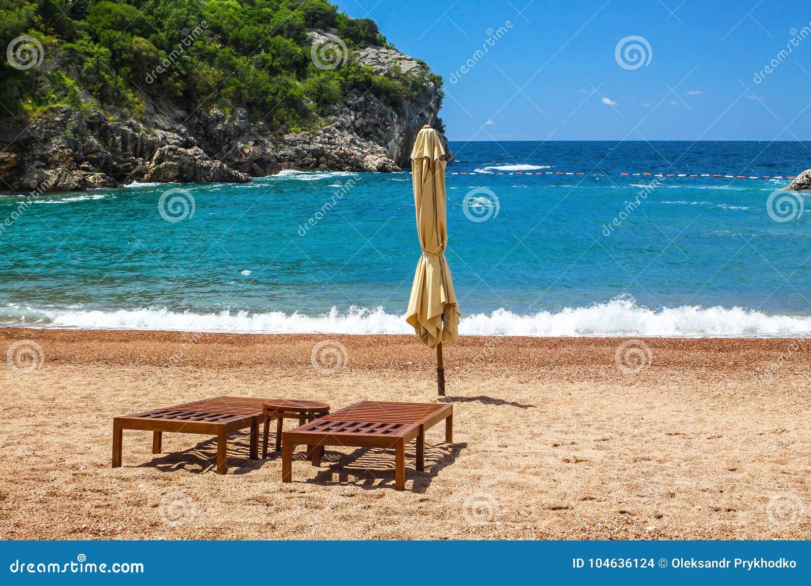 Download Leeg Strand Met Twee Stoelen, Koningin` S Strand, Montenegro Stock Foto - Afbeelding bestaande uit beroemd, stoel: 104636124