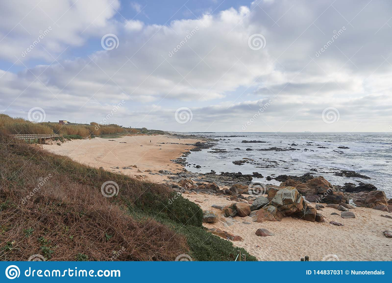 Leeg strand op een de wintermiddag