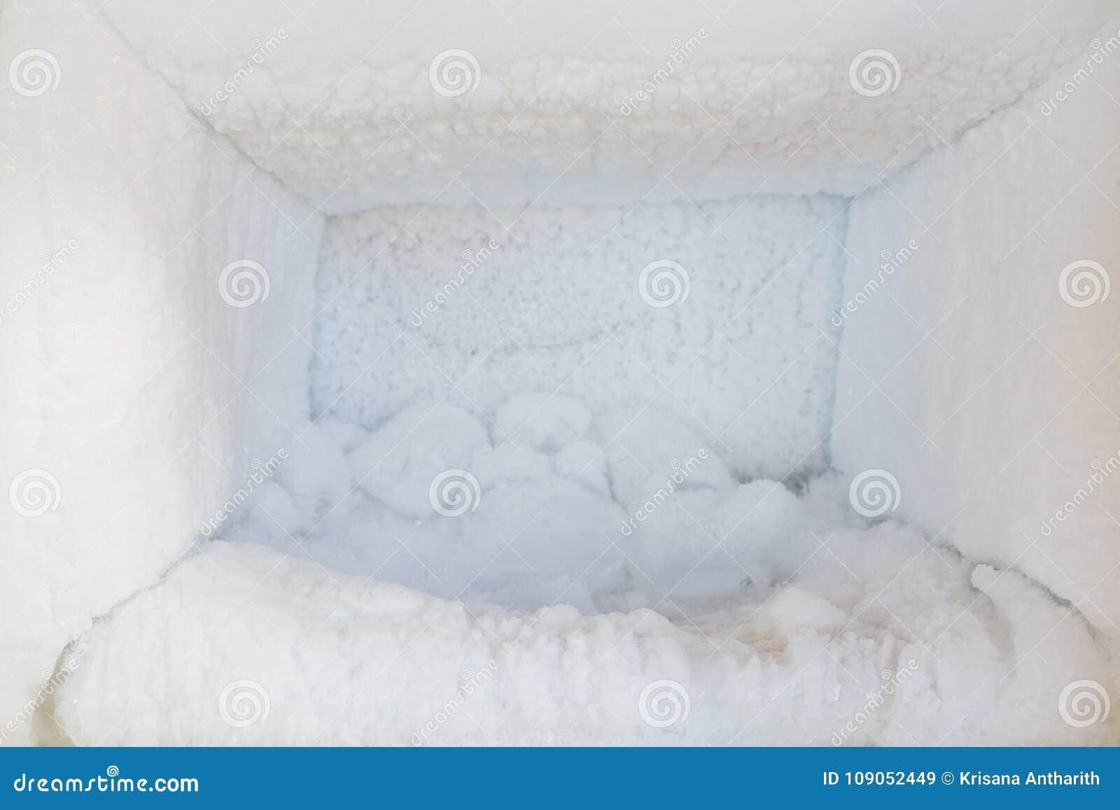 Leeg van een ijskast Ijsopbouw binnen van een diepvriezermuren