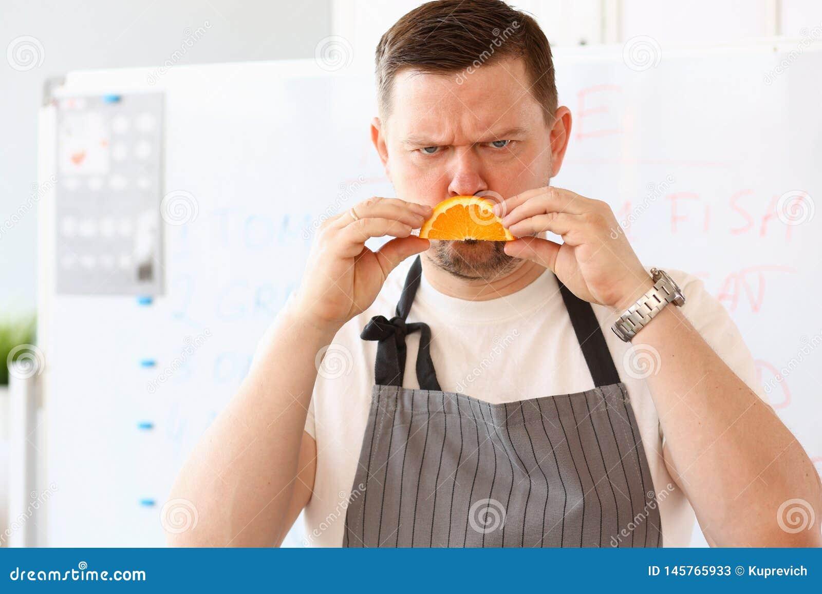 Leende för BloggerkockShowing Unhappy Orange skiva