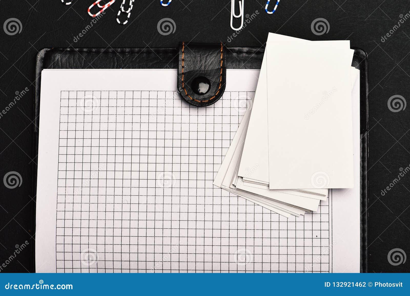 Leer behandeld notitieboekje met blanco pagina s op zwarte achtergrond