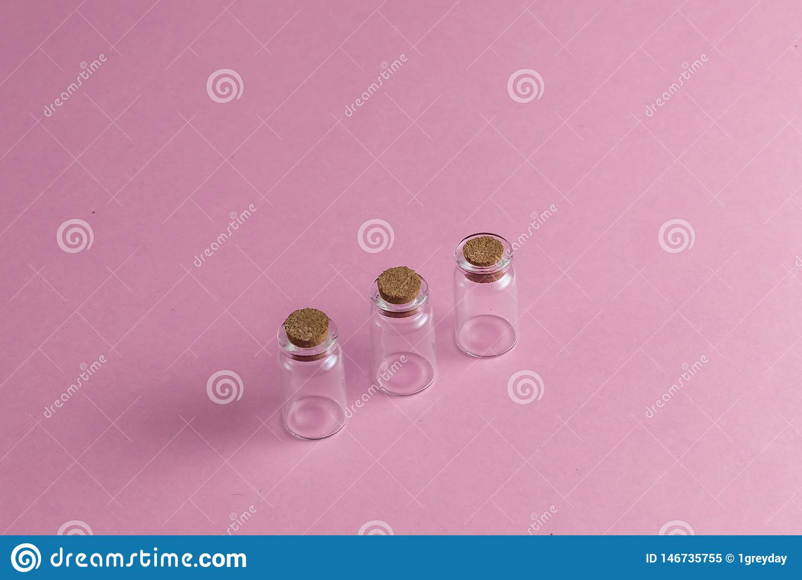 Leere Ampullen auf der rosa Tabelle