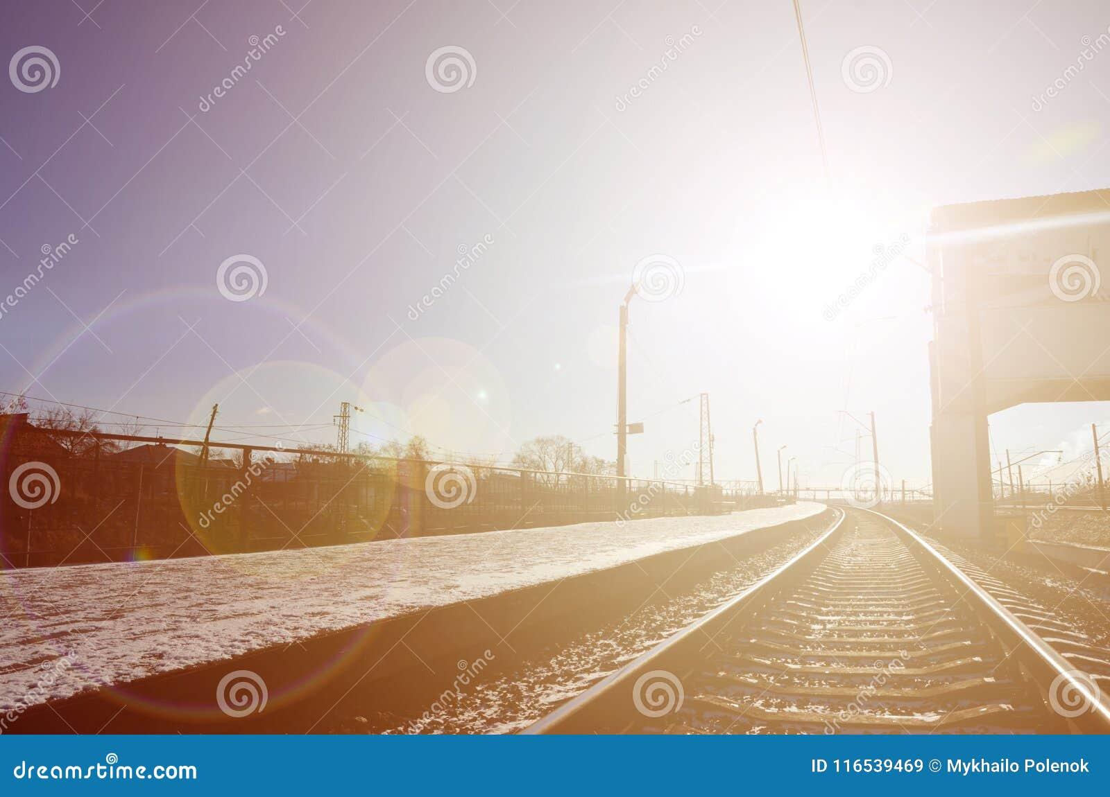 Leere Bahnhofsplattform für die Aufwartung bildet ` Novoselovka-` in Charkiw, Ukraine aus Bahnplattform im sonnigen Winter DA