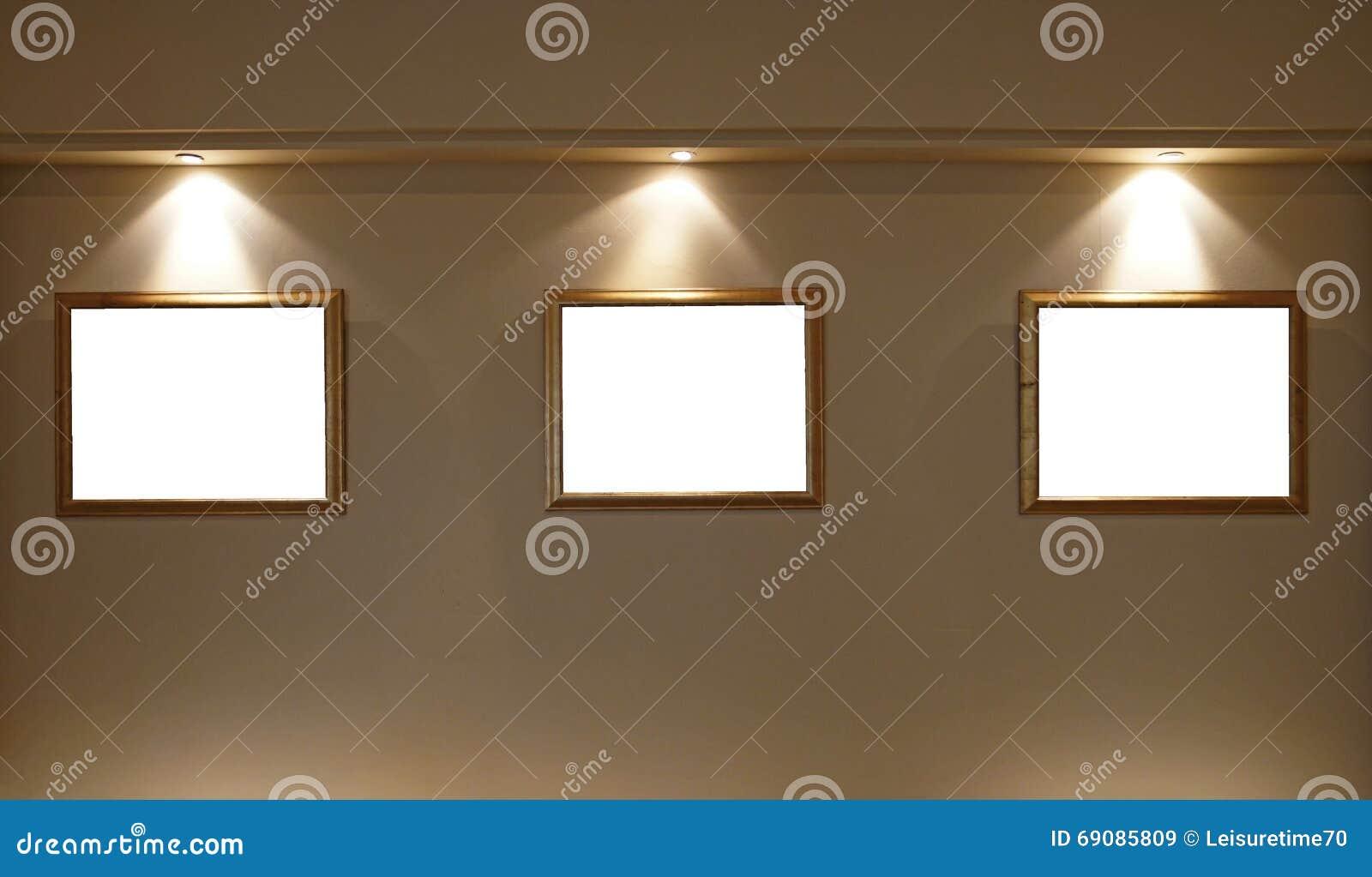 Leere Bilderrahmen Auf Der Wand Mit Beleuchtung Stockbild - Bild von ...