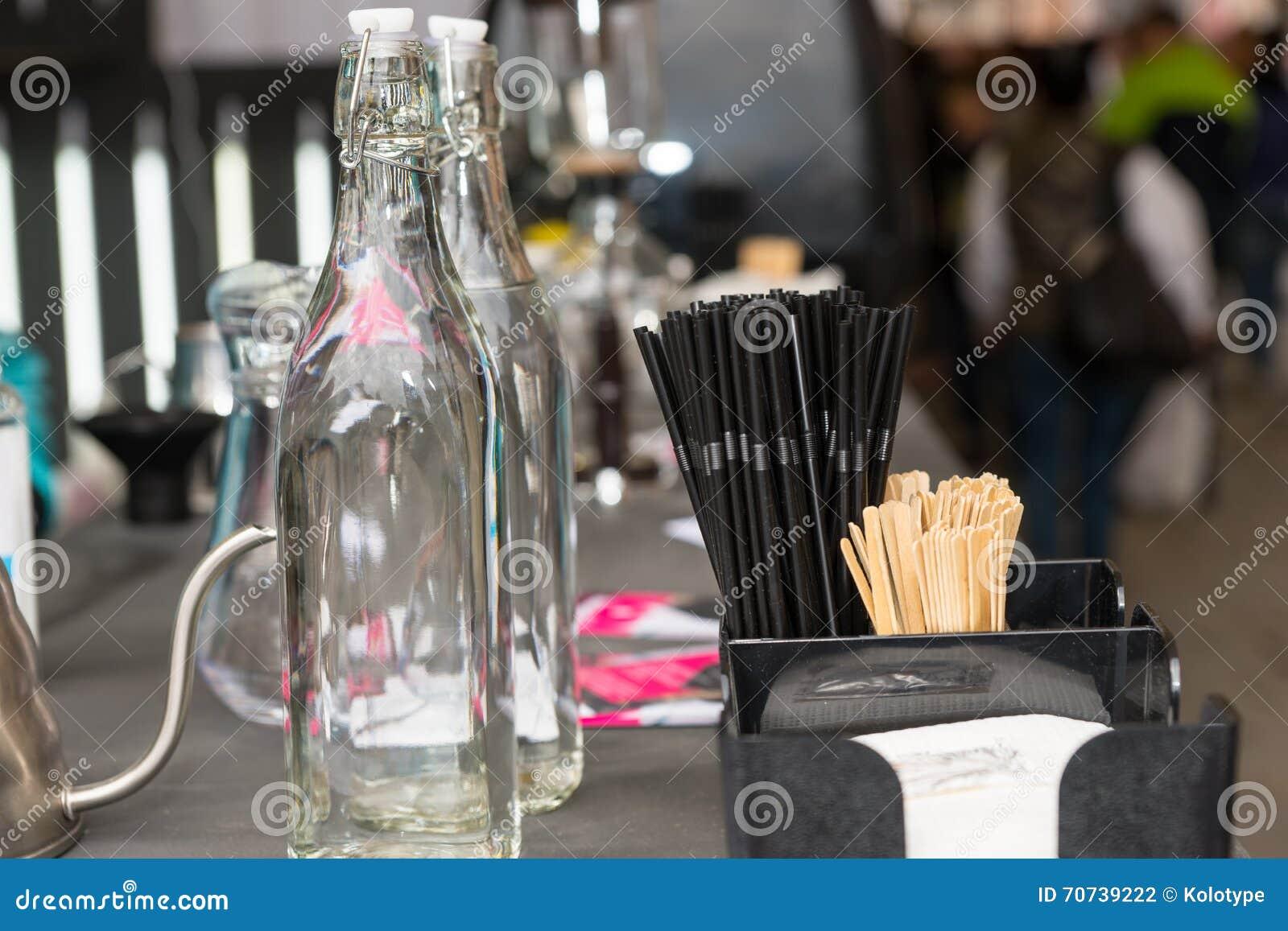 Leere Flaschen, Servietten und Strohe des Details