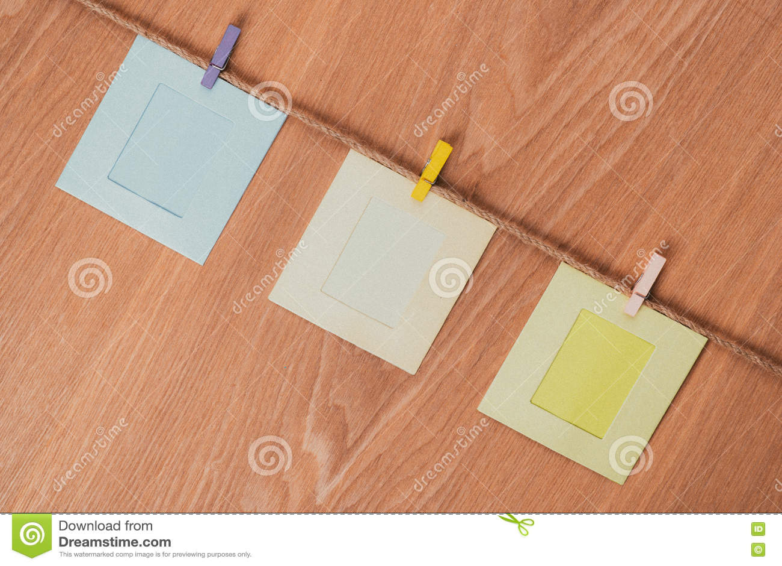 Leere Fotorahmen auf Holztisch Alter Kompass und Seil auf Leinwand Drei quadratische Rahmen auf Seil