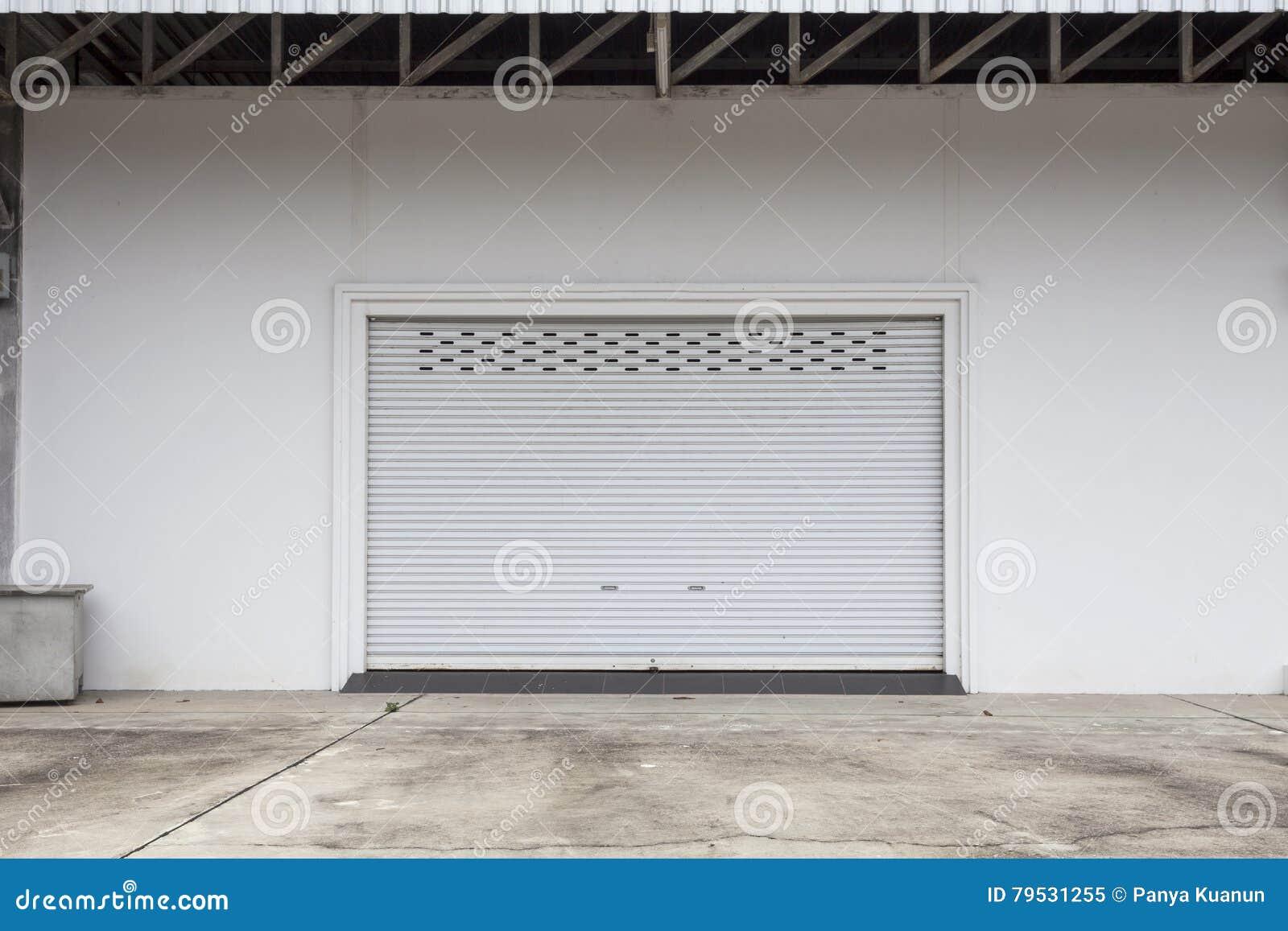 Leere Garage Mit Fensterladentur Oder Rolltor Und Konkreter Boden
