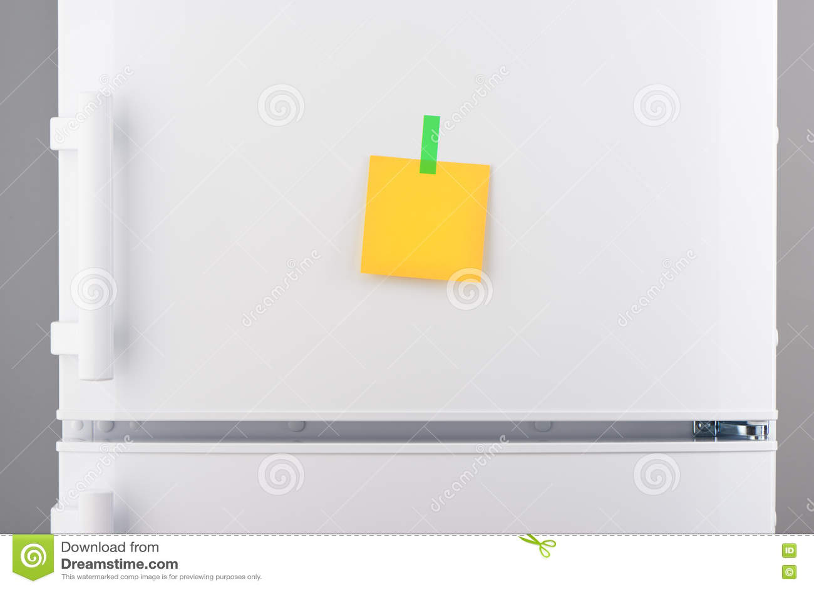 Kühlschrank Aufkleber : Leere gelbe papieranmerkung und grüner aufkleber auf weißem
