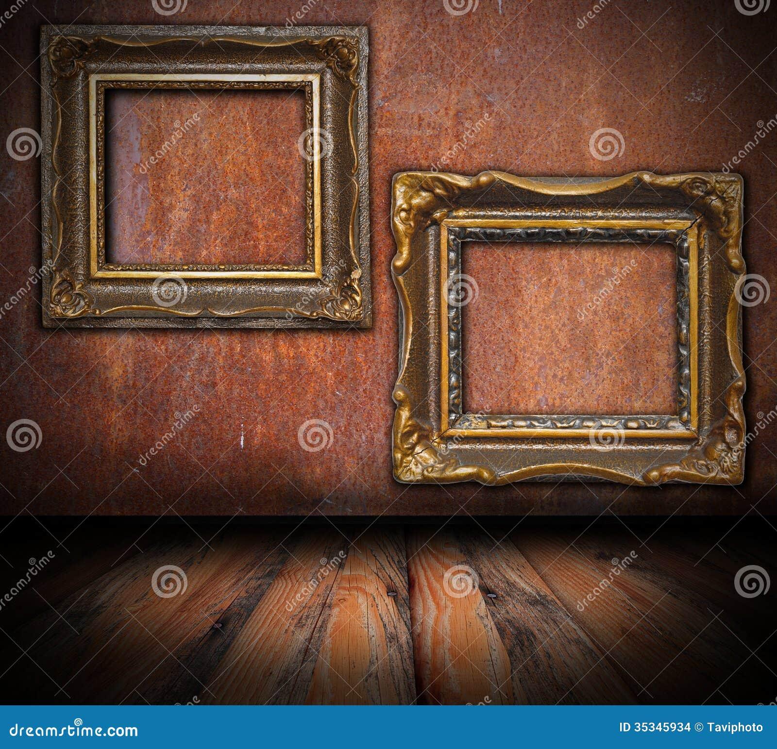 Leere Gemälderahmen Auf Verrosteter Wand Stockfoto - Bild von gold ...