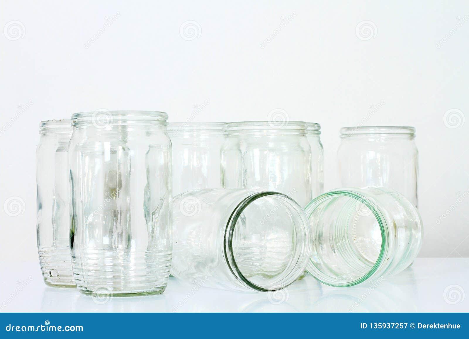 Leere Glasflaschengläser bereit zur Beseitigung
