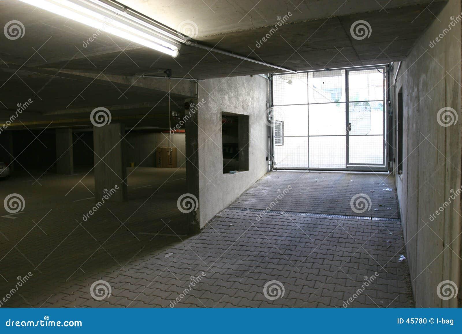 Leere hässliche Garage