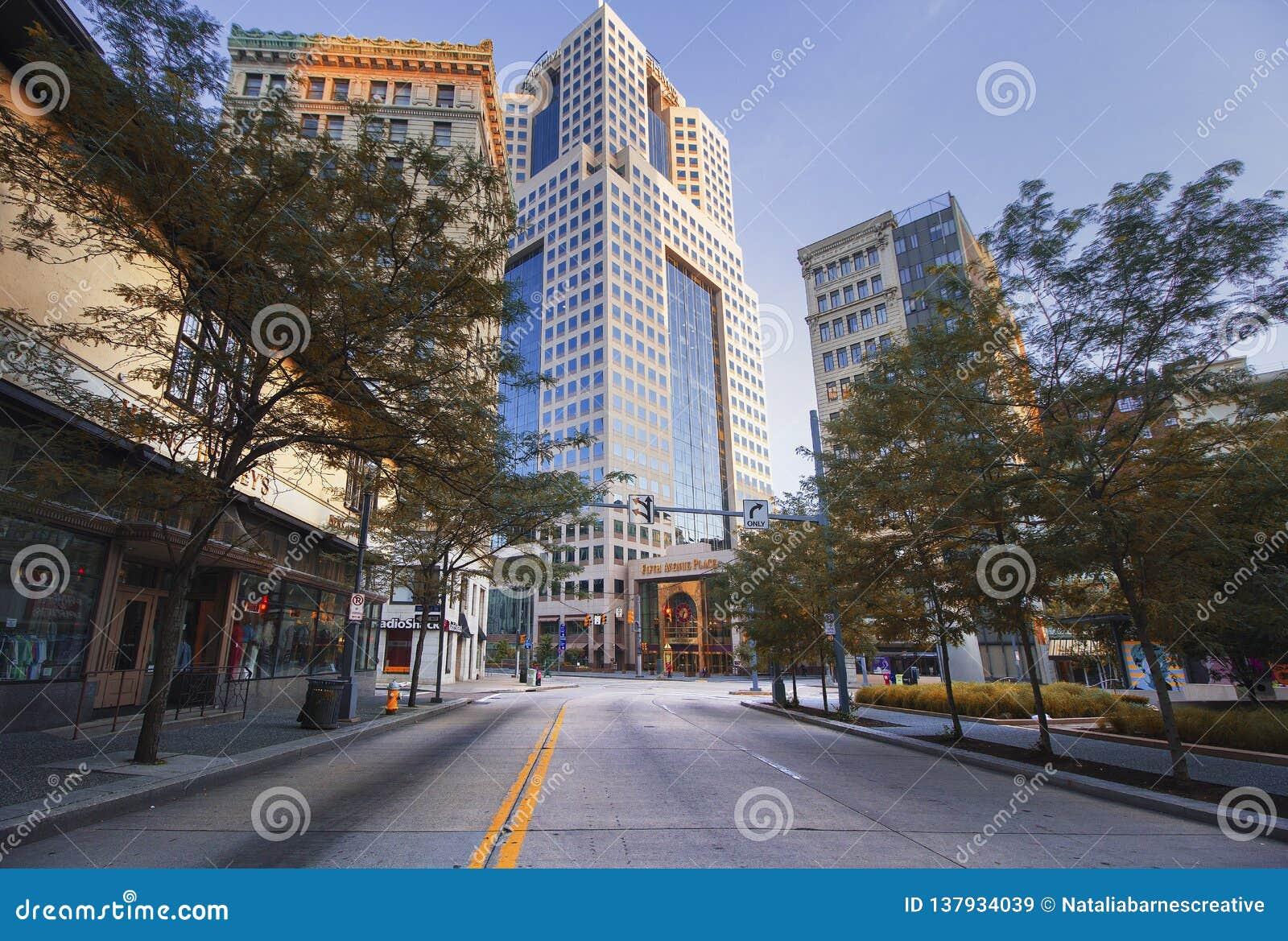 Leere im Stadtzentrum gelegene Stadt-Straße in Pittsburgh, PA