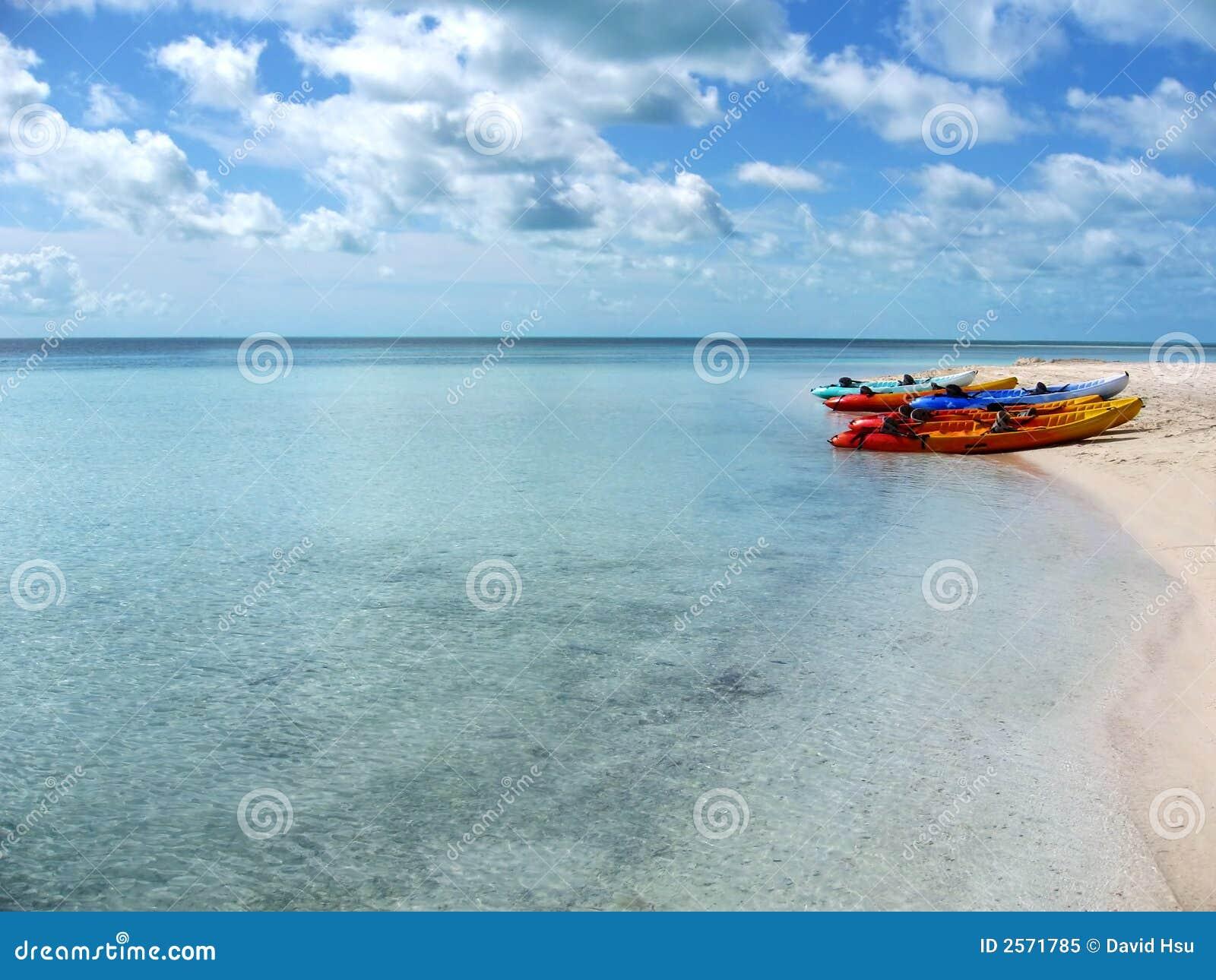 Leere Kajaks auf den Bahamas