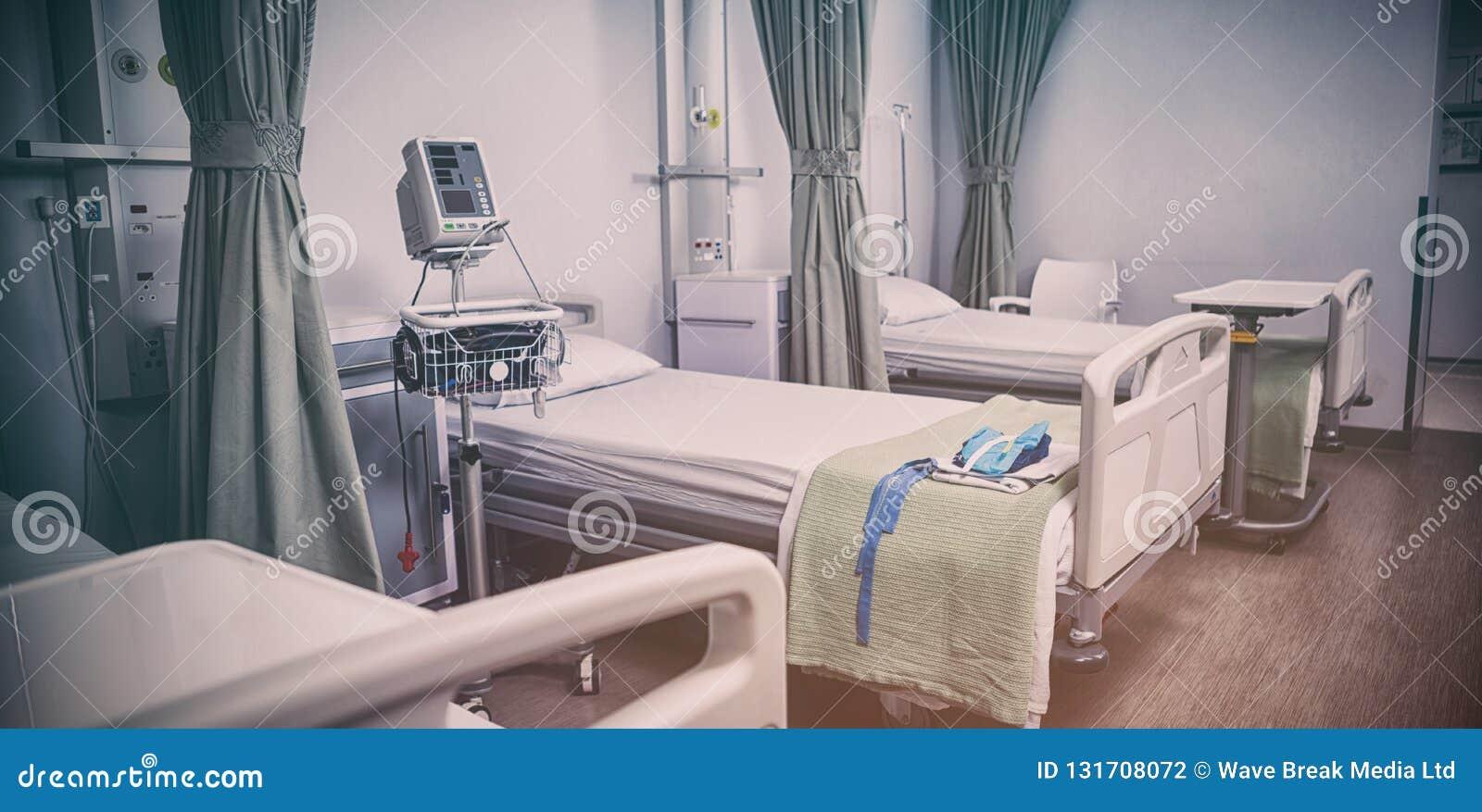Leere Krankenhausbetten im Krankenhaus
