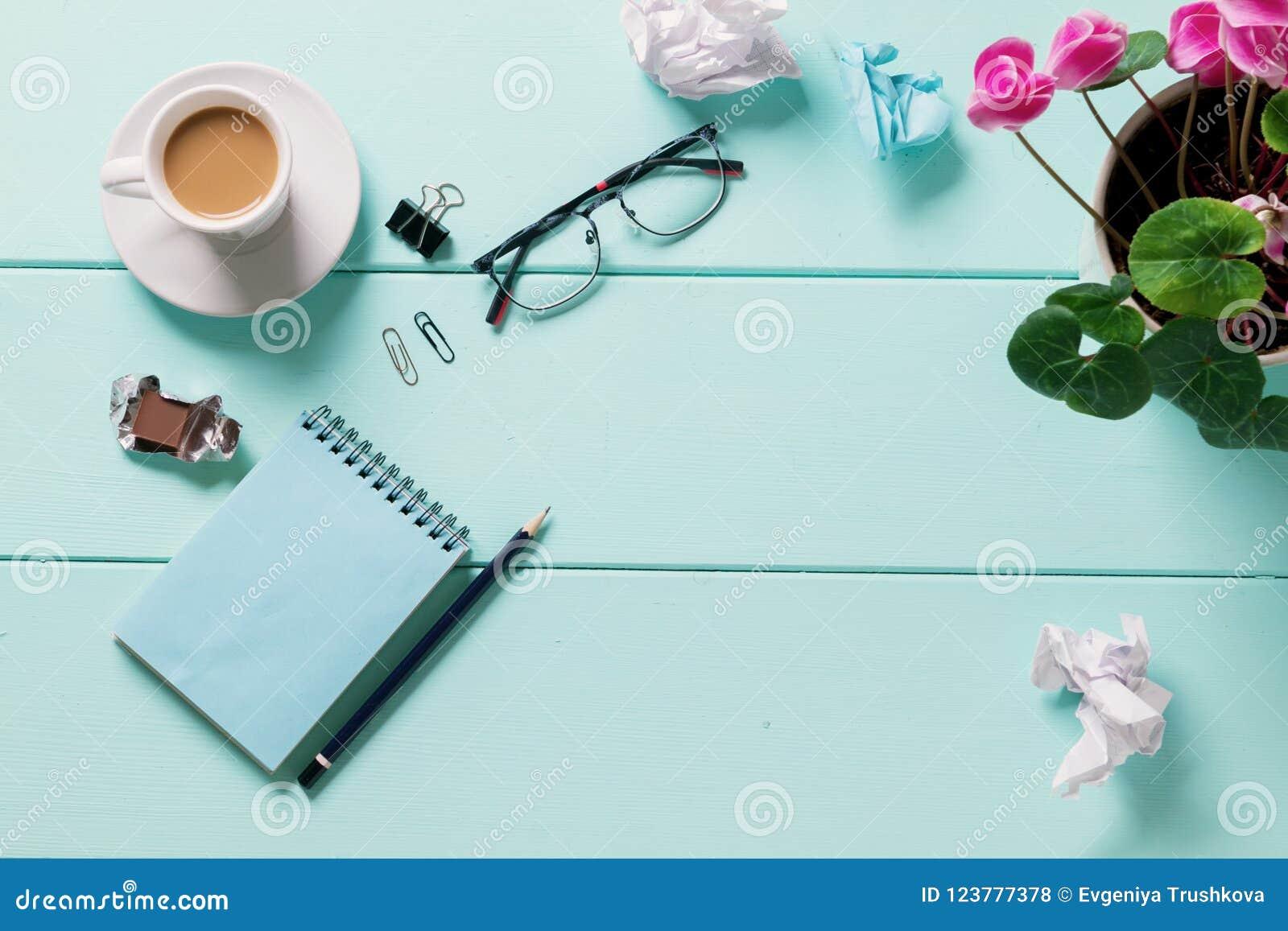 Leere Notizbuchgläser mit Blume, Draufsicht