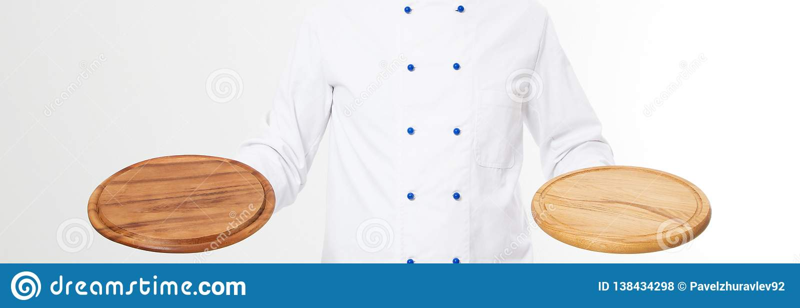 Leere Pizzaplatte der Chefholding lokalisiert auf weißem Hintergrund, Kopienraum