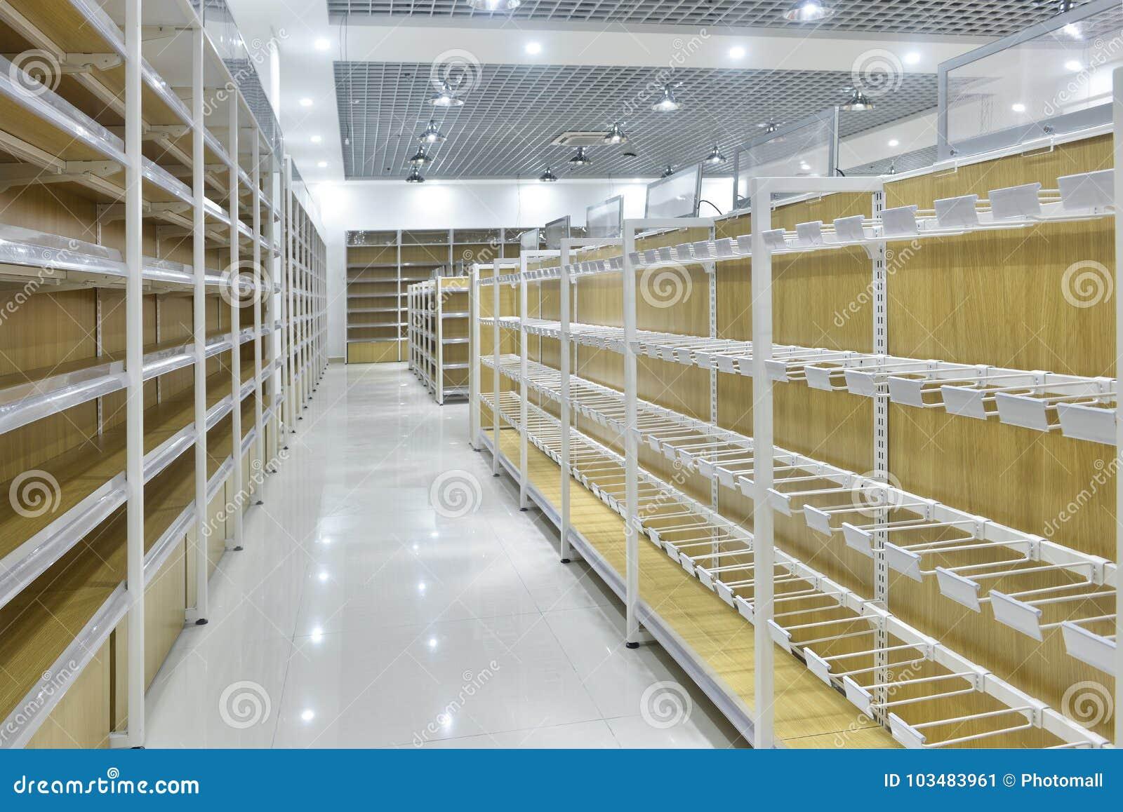 Leere Regale des Supermarktinnenraums