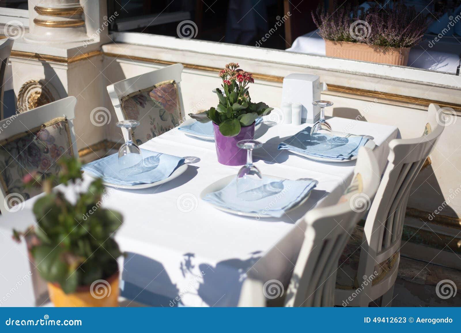 Download Leere Restauranttabelle stockbild. Bild von luxus, essen - 49412623