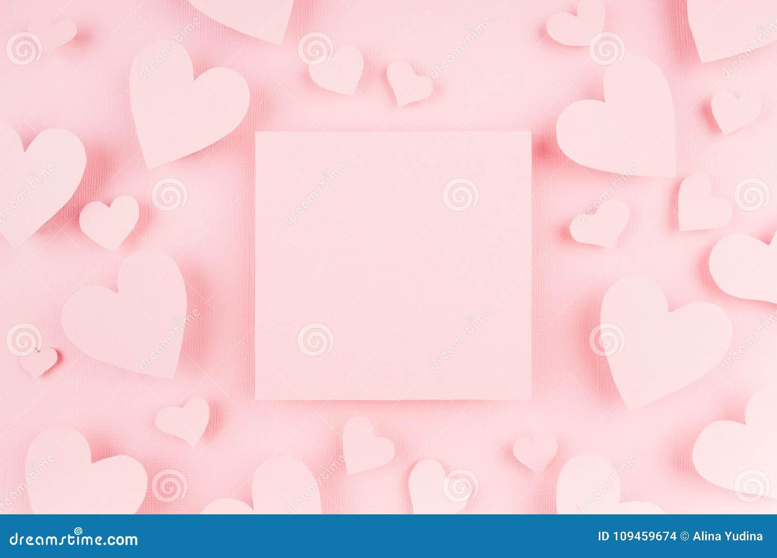 Leere rosa quadratische Seite mit Papierherzen auf hellem Hintergrund Werbekonzeption für Valentinstag