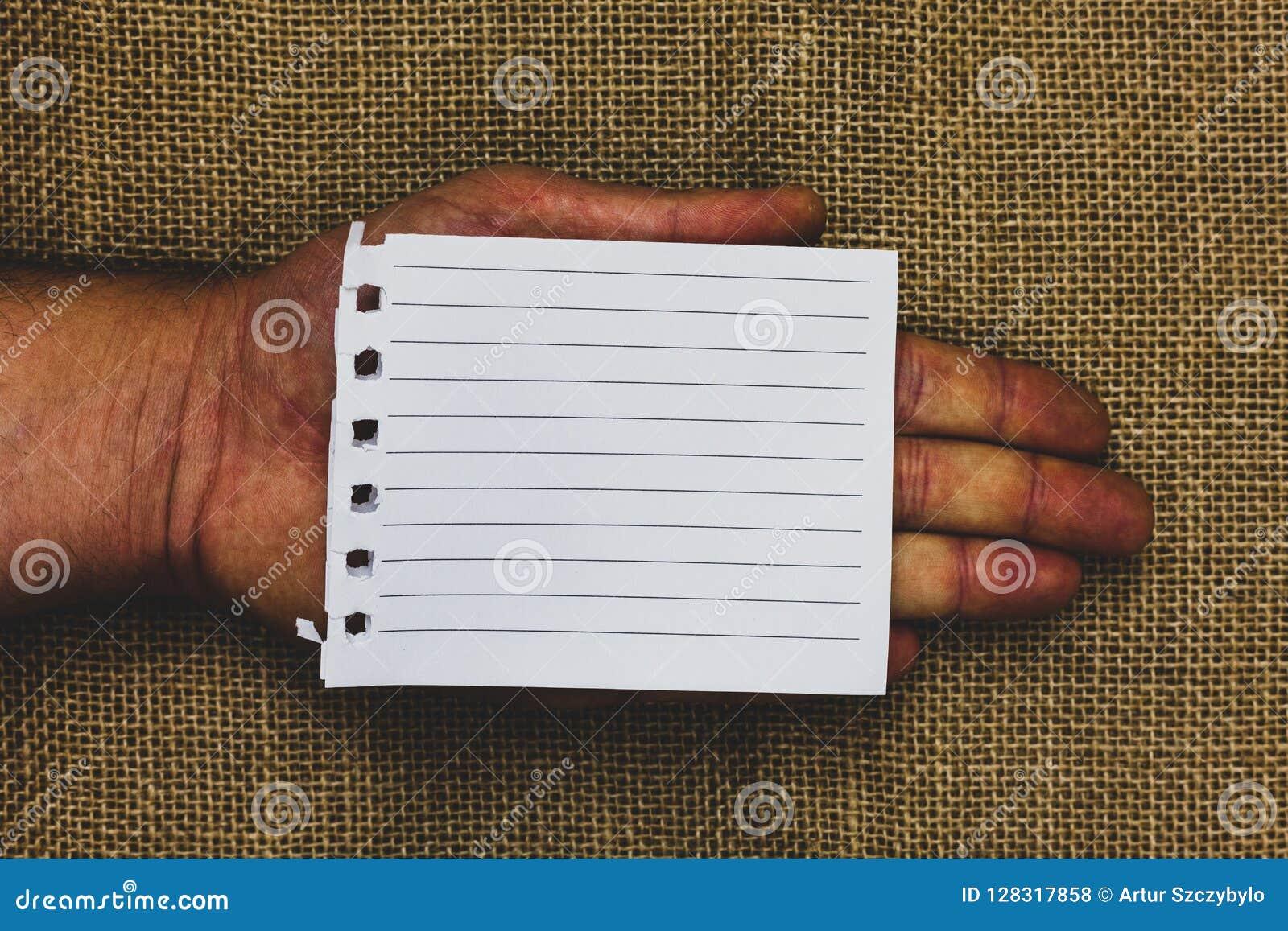 Leere Schablone des Geschäfts für Plan für die Einladungsgrußkarten-Förderungsplakatbeleg Mannhand, die Stücknotizbuch hält