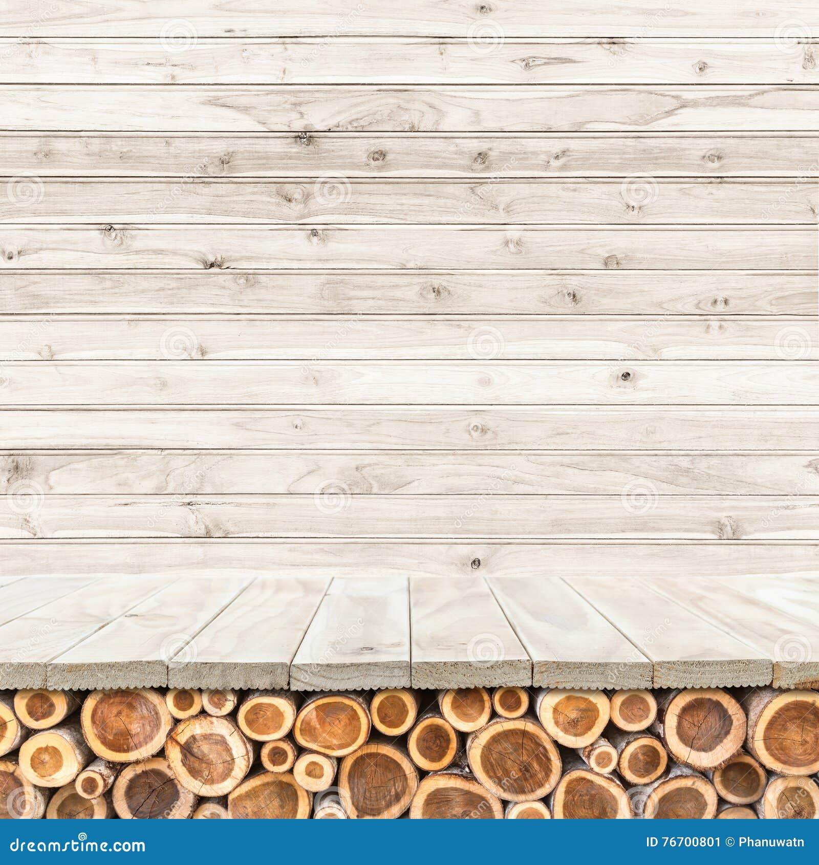 Leere Spitze des Holztischs oder des Zählers auf hölzernem Hintergrund