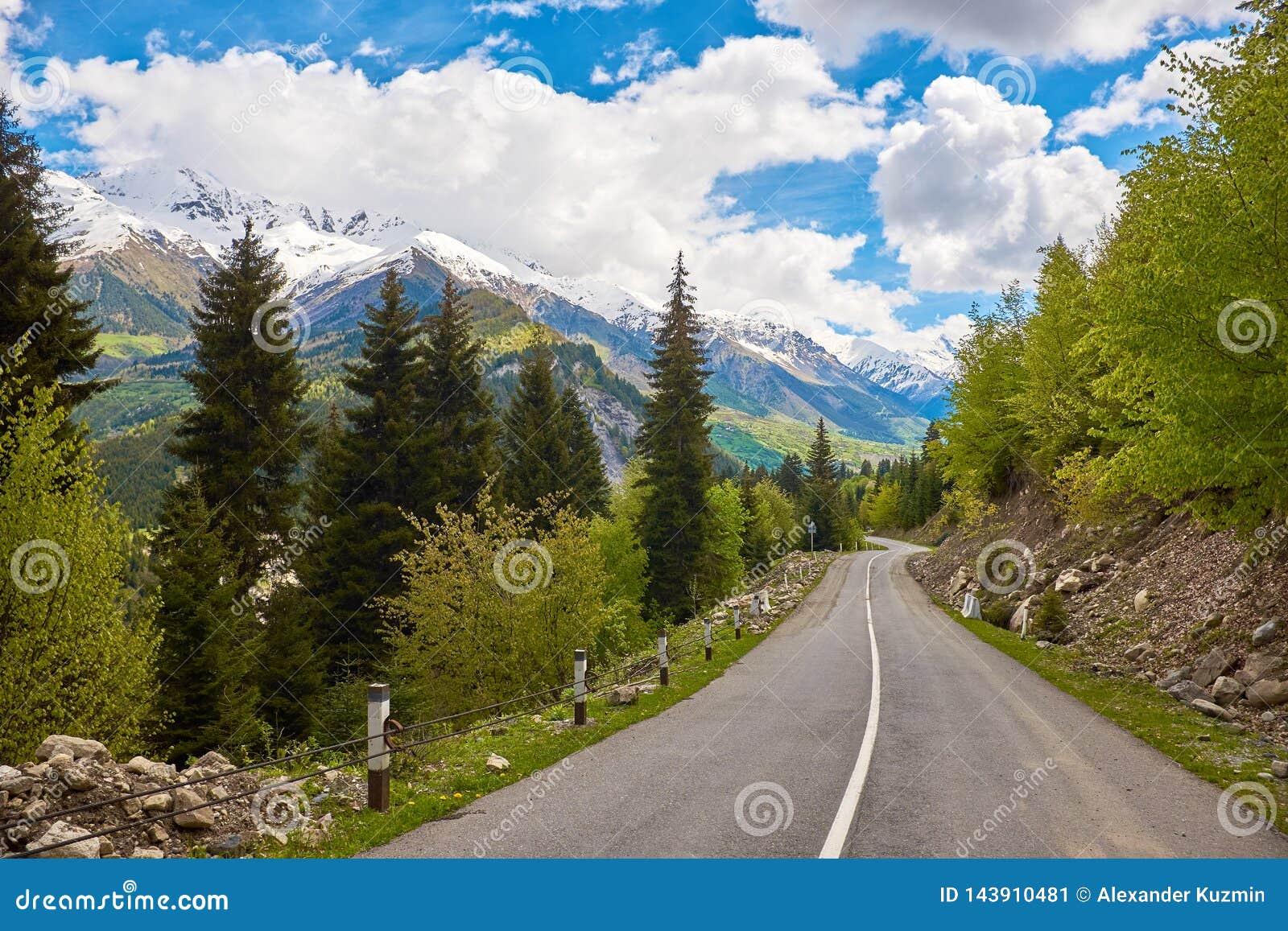 Leere Straße in den Bergen von Svaneti