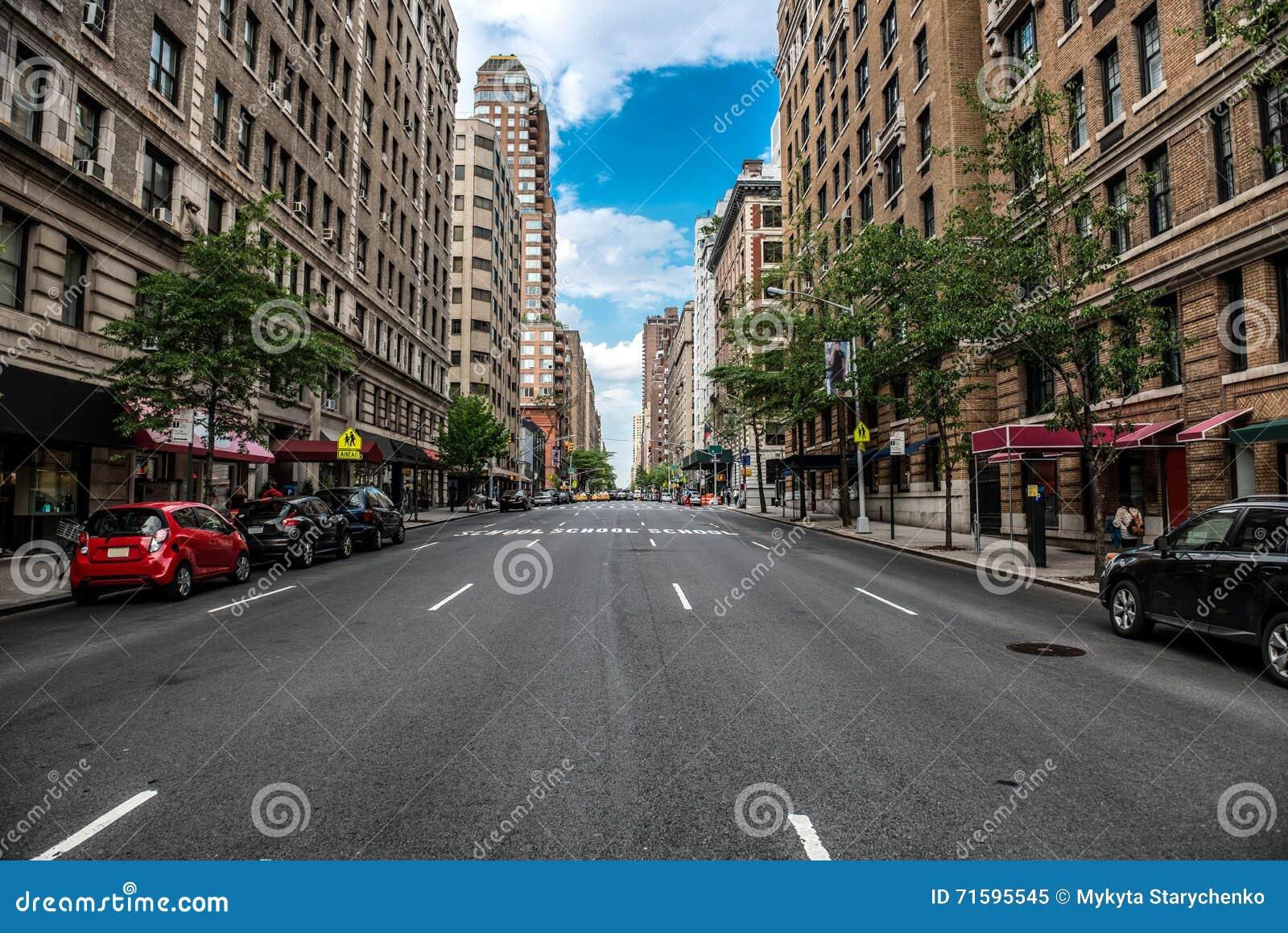 Leere Straße New York City Manhattan an der Stadtmitte am sonnigen Tag